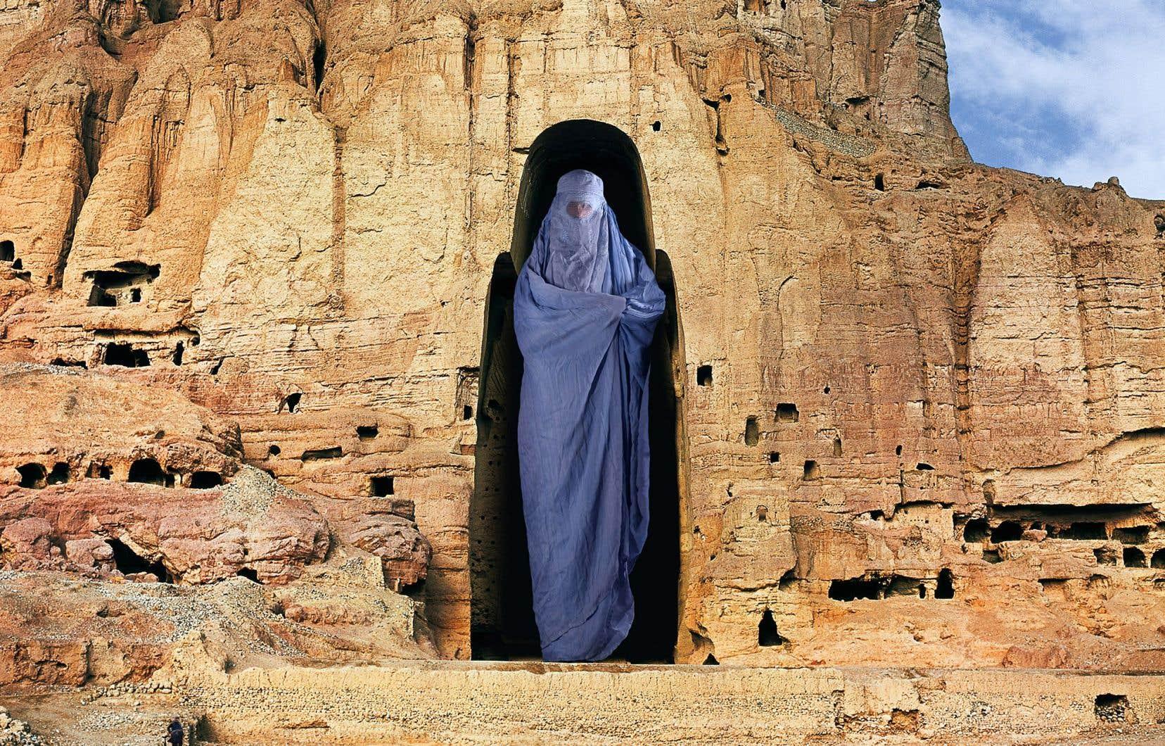 Le premier Émirat islamique d'Afghanistan a détruit en 2001 les bouddhas géants de Bâmiyân. À l'aide d'un montage photographique, l'artiste montréalaise Dominique Blain a encastré une femme en burqa dans la falaise où se trouvait l'une de ces statues, dénonçant ainsi le sort que les talibans ont réservé aux Afghanes.