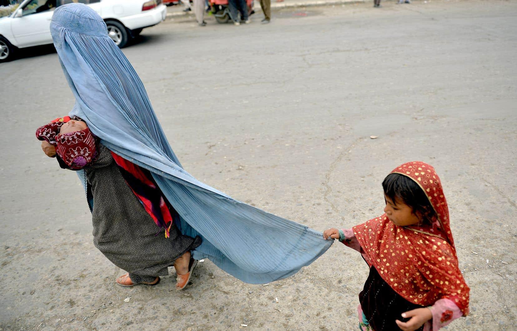 Une femme et ses enfants à Kaboul, mardi. De plus en plus de voix s'élèvent pour demander au gouvernement du Québec de mettre sur pied un programme d'urgence de parrainage pour les Afghans.