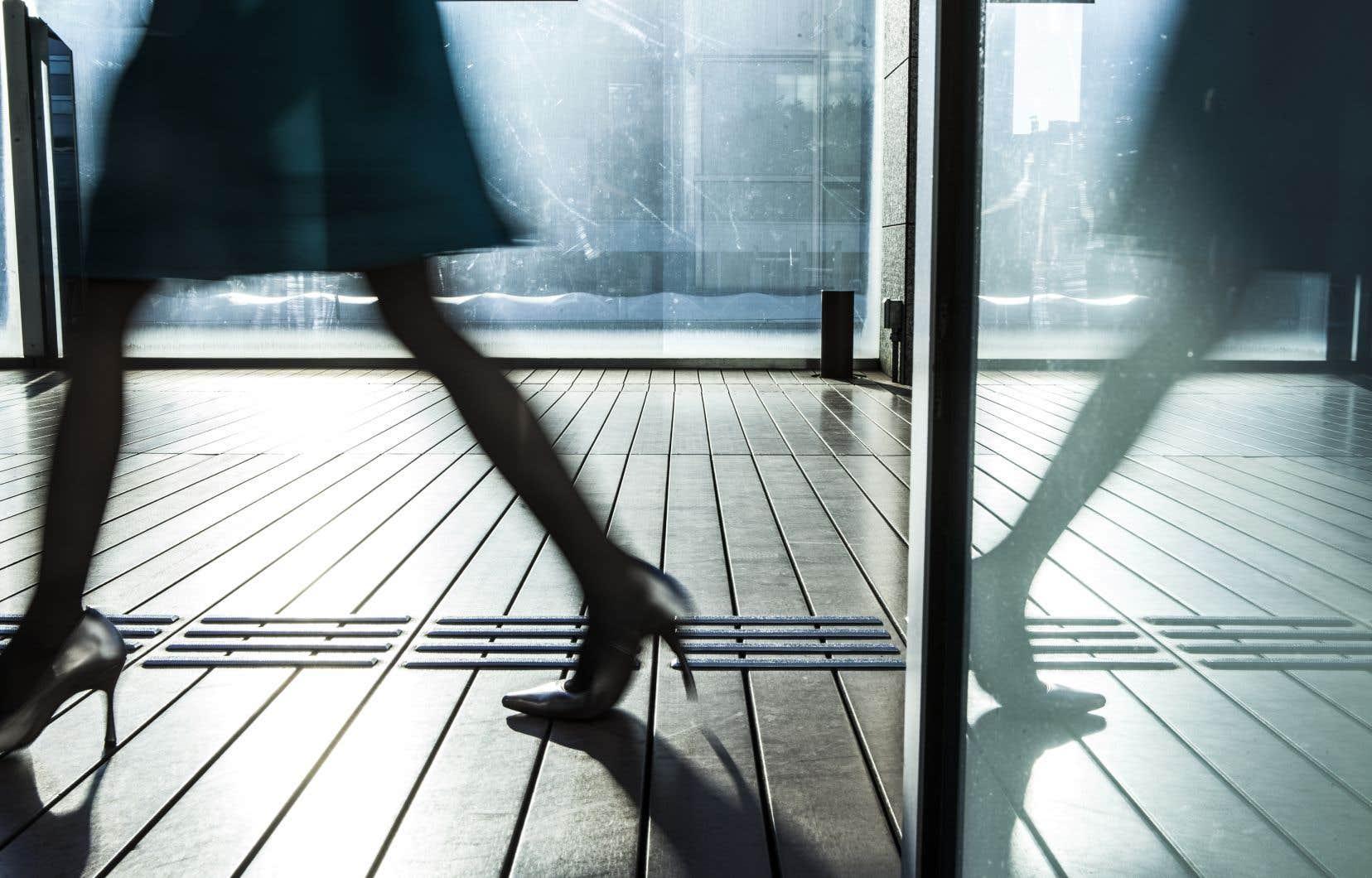 Qu'elles soient syndiquées ou non, les femmes professionnelles dans les sociétés de 200 employés et plus gagnent un salaire moyen inférieur à celui de leurs collègues masculins au privé comme au public.