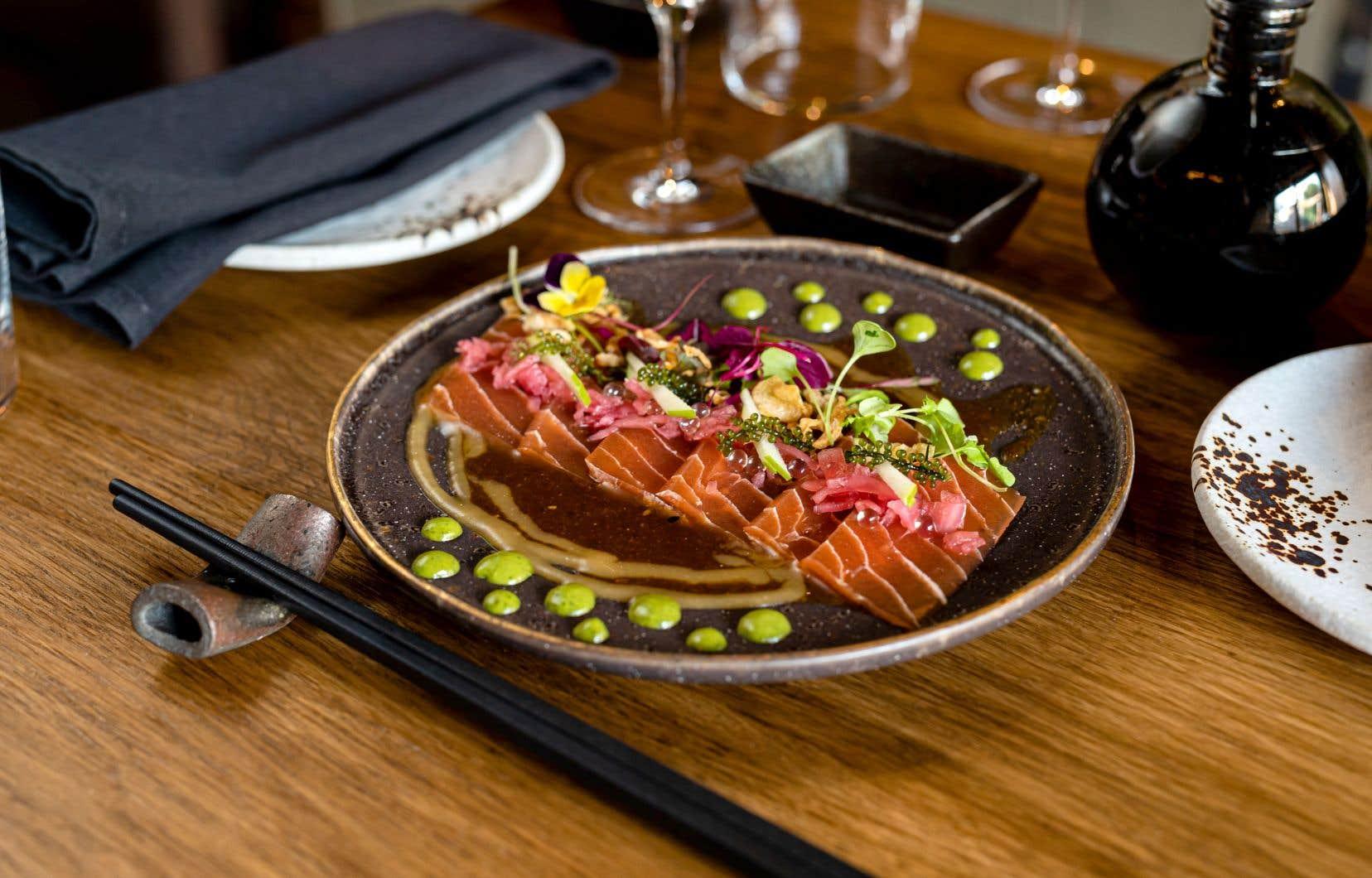 Chez Sushi Momo, le plat de sashimi de Konjac ressemble à s'y méprendre à du saumon.