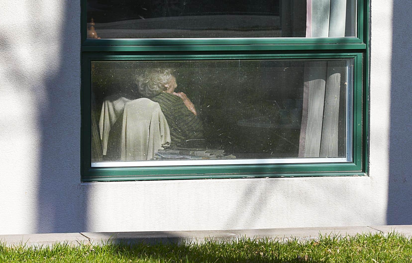 Au Québec, un grand nombre des décès de la COVID-19 sont survenus lors de la première vague, en 2020, particulièrement chez les aînés hébergés dans des établissements spécialisés. Sur la photo, le CHSLD Herron, à Dorval.