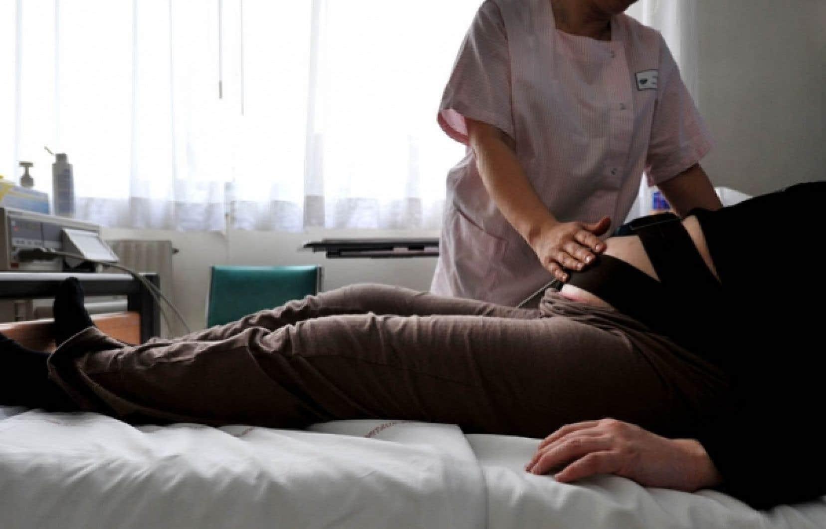 Une infirmière ausculte une femme enceinte. Au Canada, près d'un bébé sur cinq naît d'une mère âgée de 35 ans ou plus.<br />