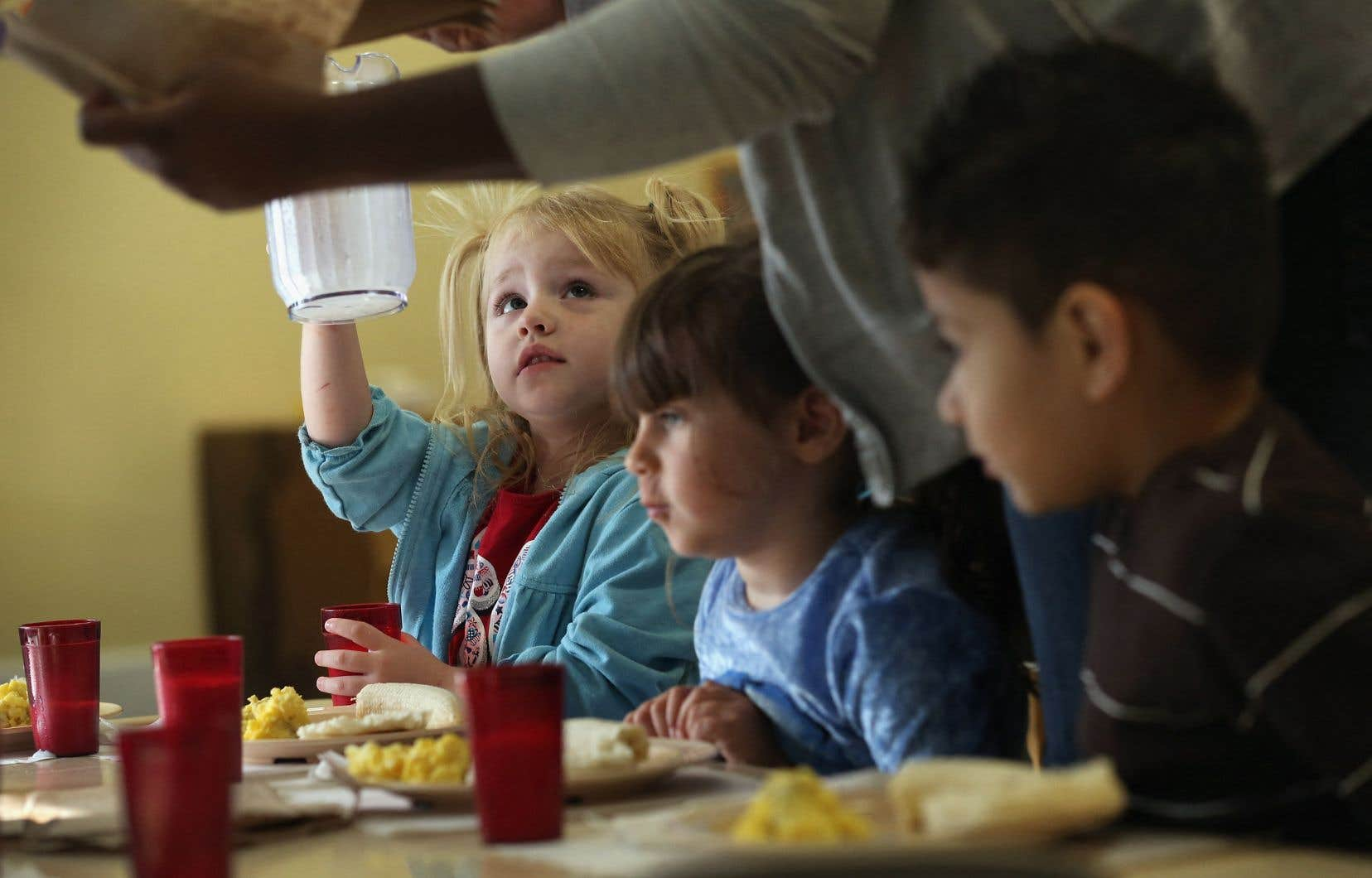 «En l'état actuel des choses, laisser des élèves de plus d'une classe manger ensemble dans des locaux vétustes mal aérés équivaut à les laisser volontairement se contaminer», écrit l'autrice.