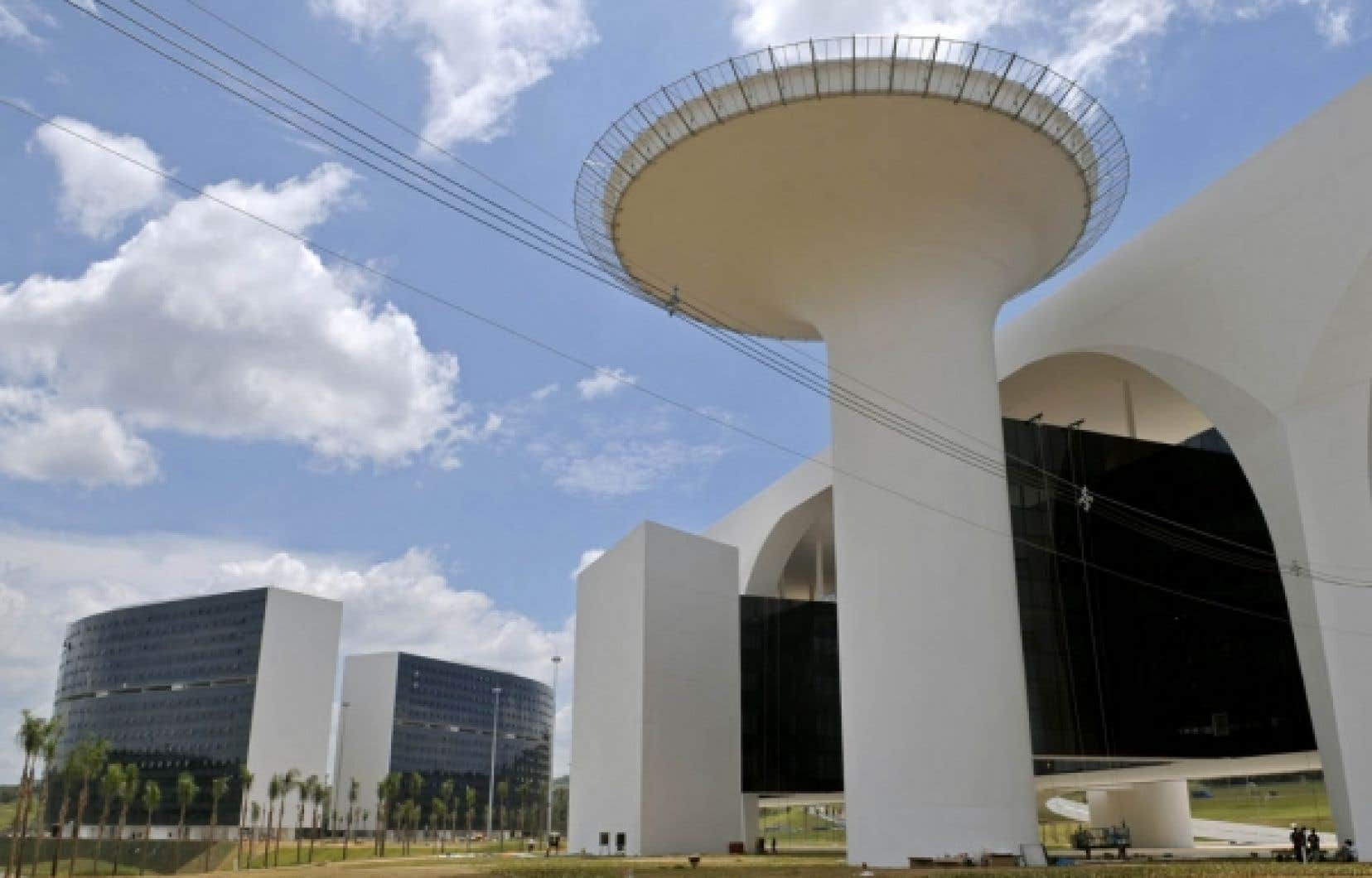 Belo Horizonte, au Brésil: complexe administratif conçu par le grand architecte brésilien Oscar Niemeyer<br />