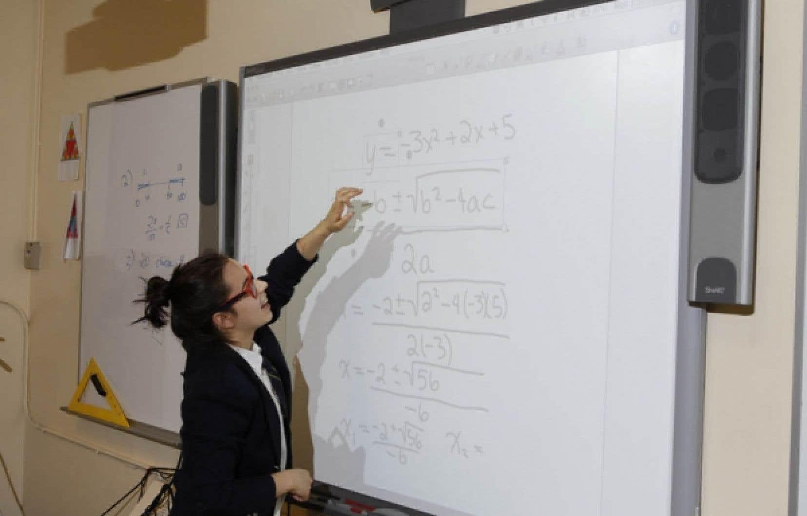 Une élève en quatrième secondaire utilise le «SMART board» dans son cours de mathématiques (toutes les salles de classe sont équipées de ce système).
