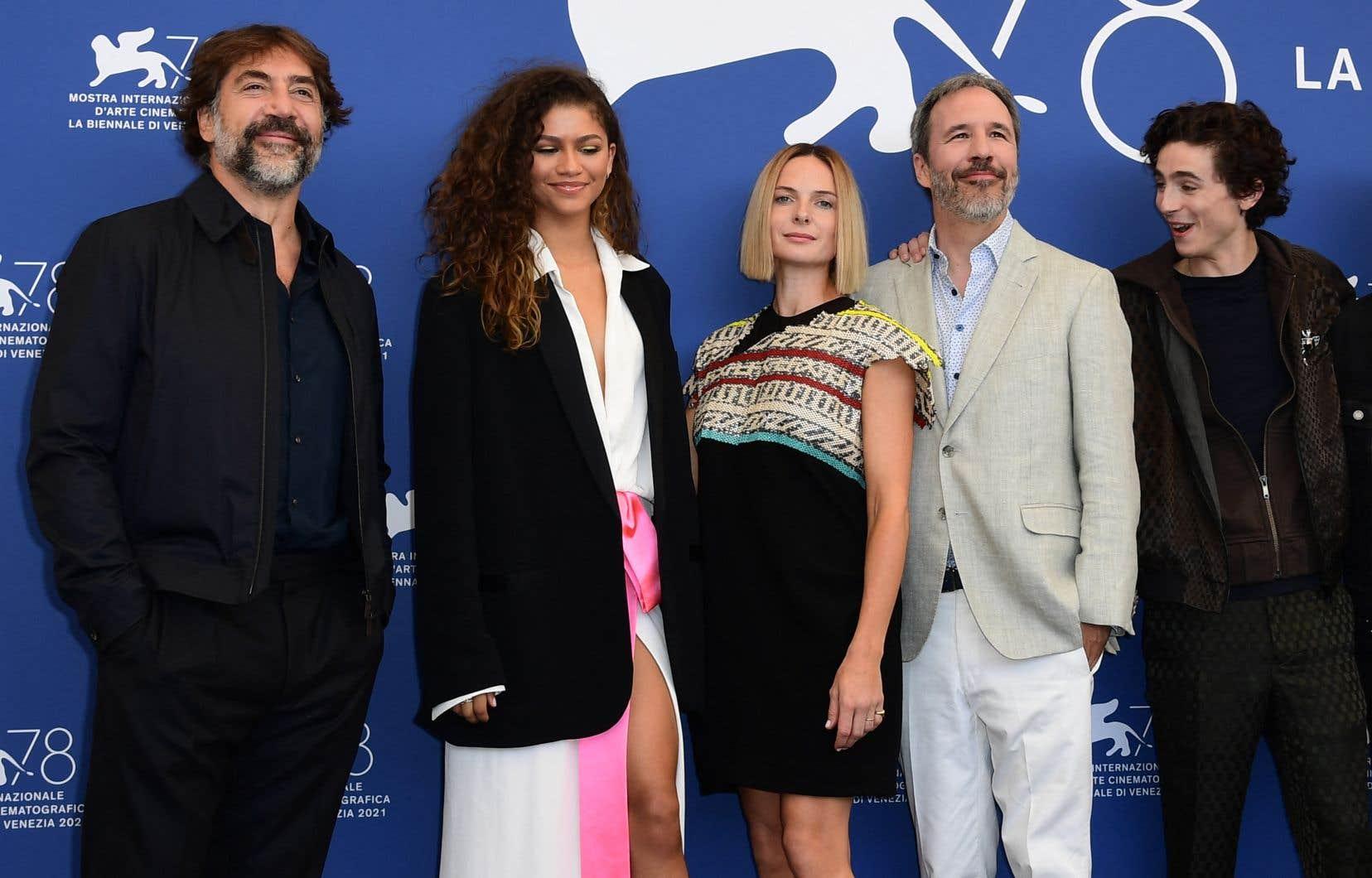 Les acteurs Javier Bardem, Zendaya, Rebecca Ferguson etTimothée Chalamet (de gauche à droite), en compagnie du réalisateur québécois de «Dune», Denis Villeneuve (en costume clair).