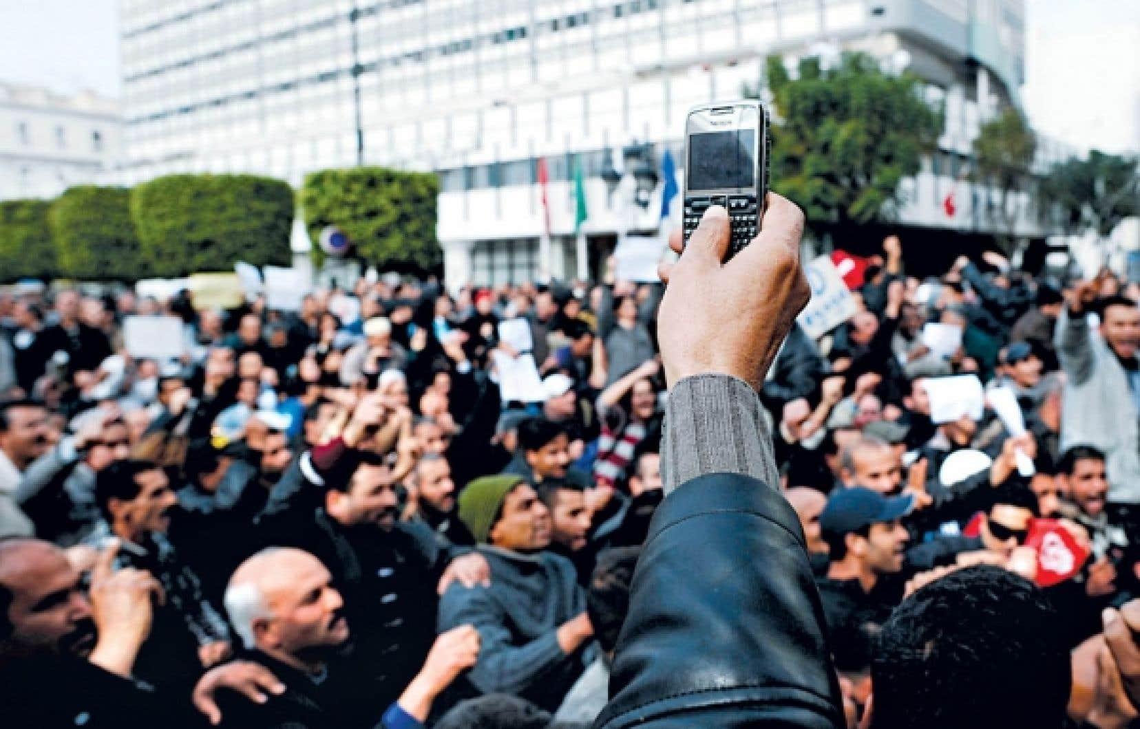 Un manifestant tunisien photographiait la foule lors d'un rassemblement à Tunis, plus tôt cette année.
