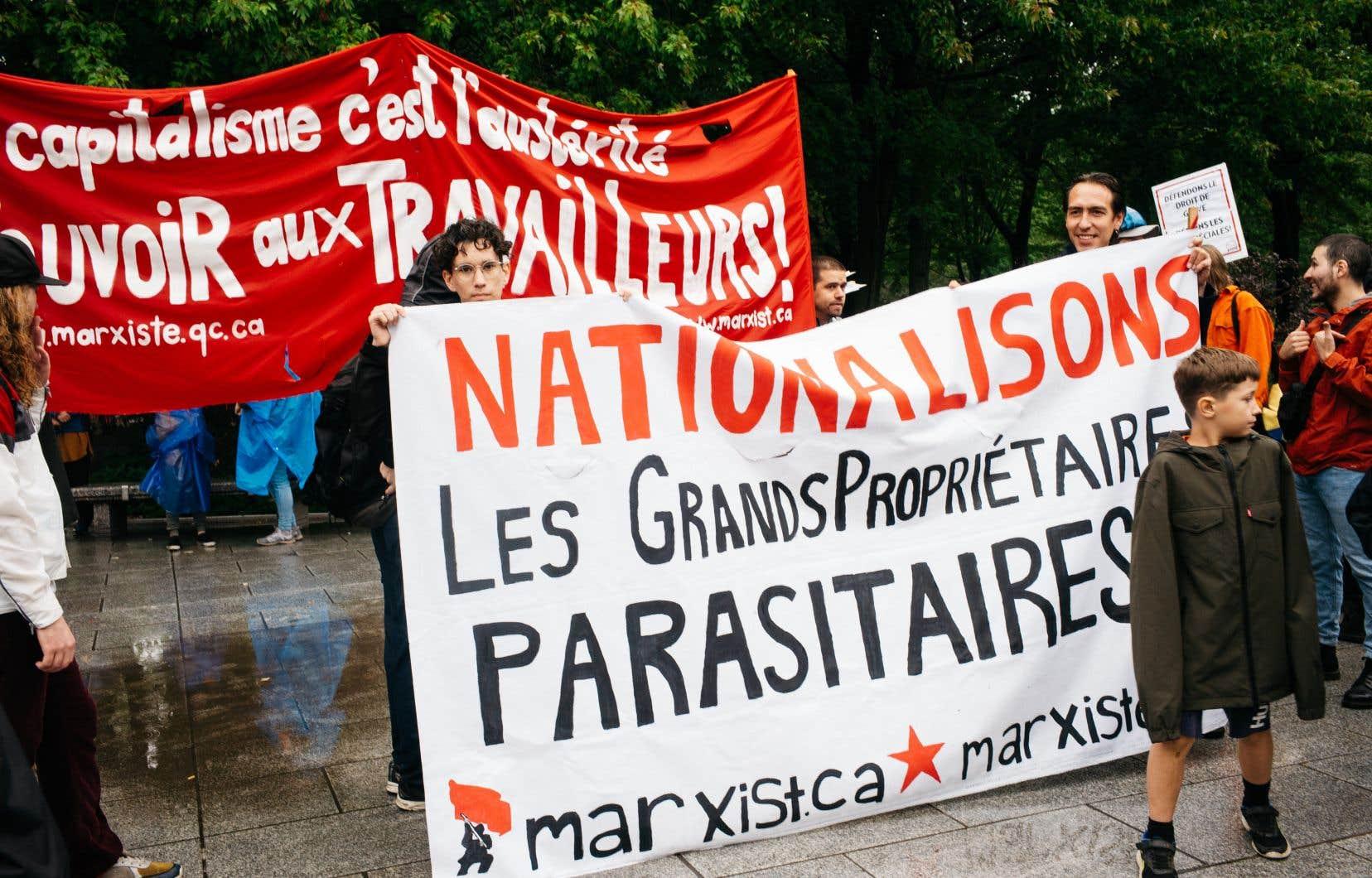 Armés de banderoles, des militants ont dénoncé ce qu'ils considèrent être des attaques contre les travailleurs.