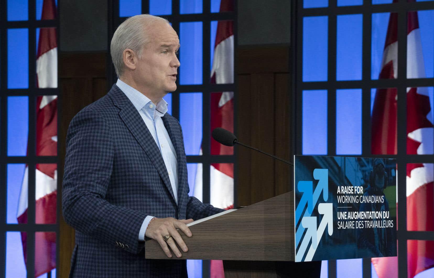 Le chef conservateur a également annoncé qu'il doublerait les montants accordés aux personnes vivant avec un handicap, de 713 à 1500$.