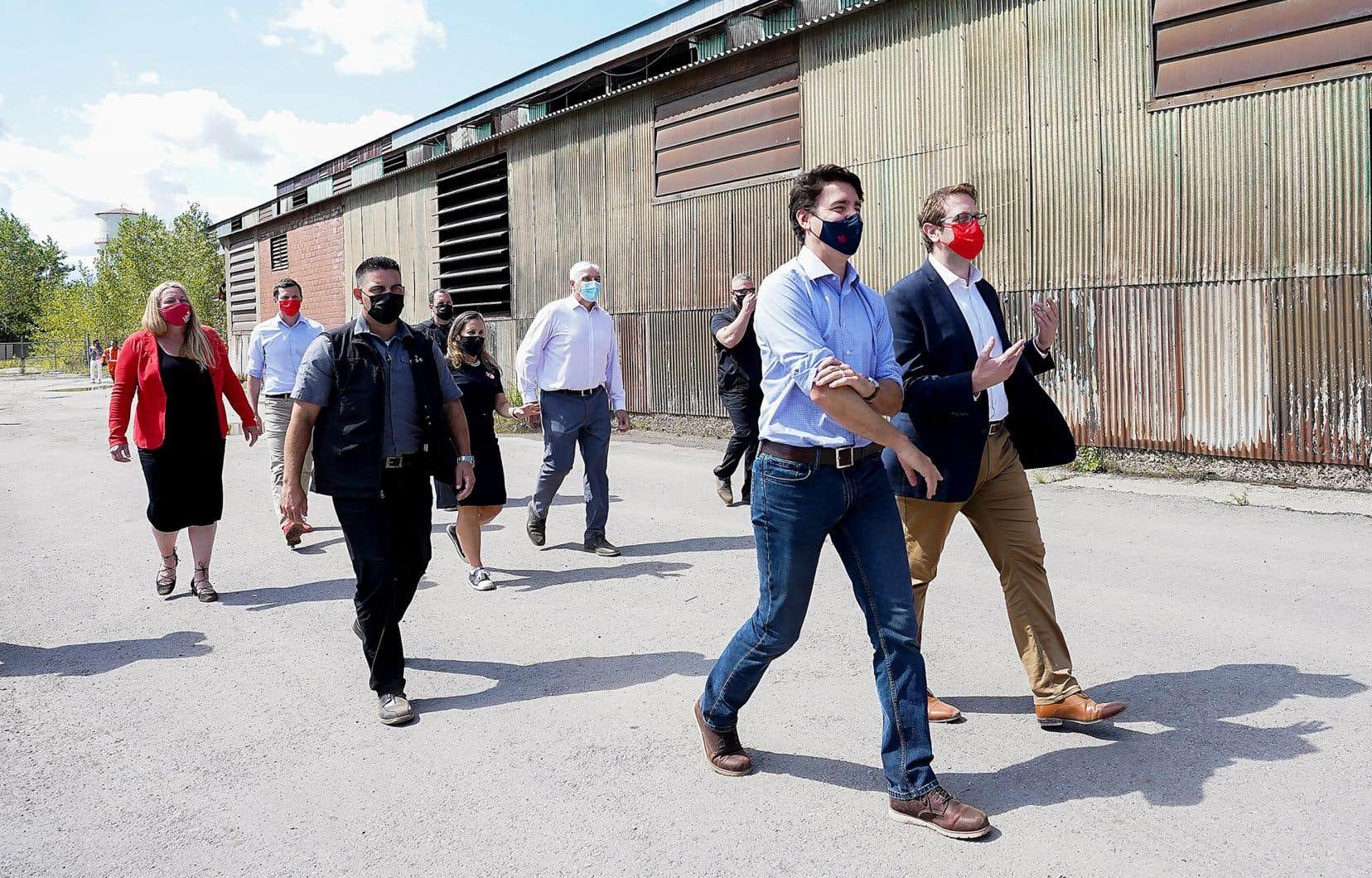 Justin Trudeau a redoublé d'attaques envers son rival conservateur, lundi, lors de son arrêt pour la fête du Travail dans une usine d'acier à Welland, Ontario.