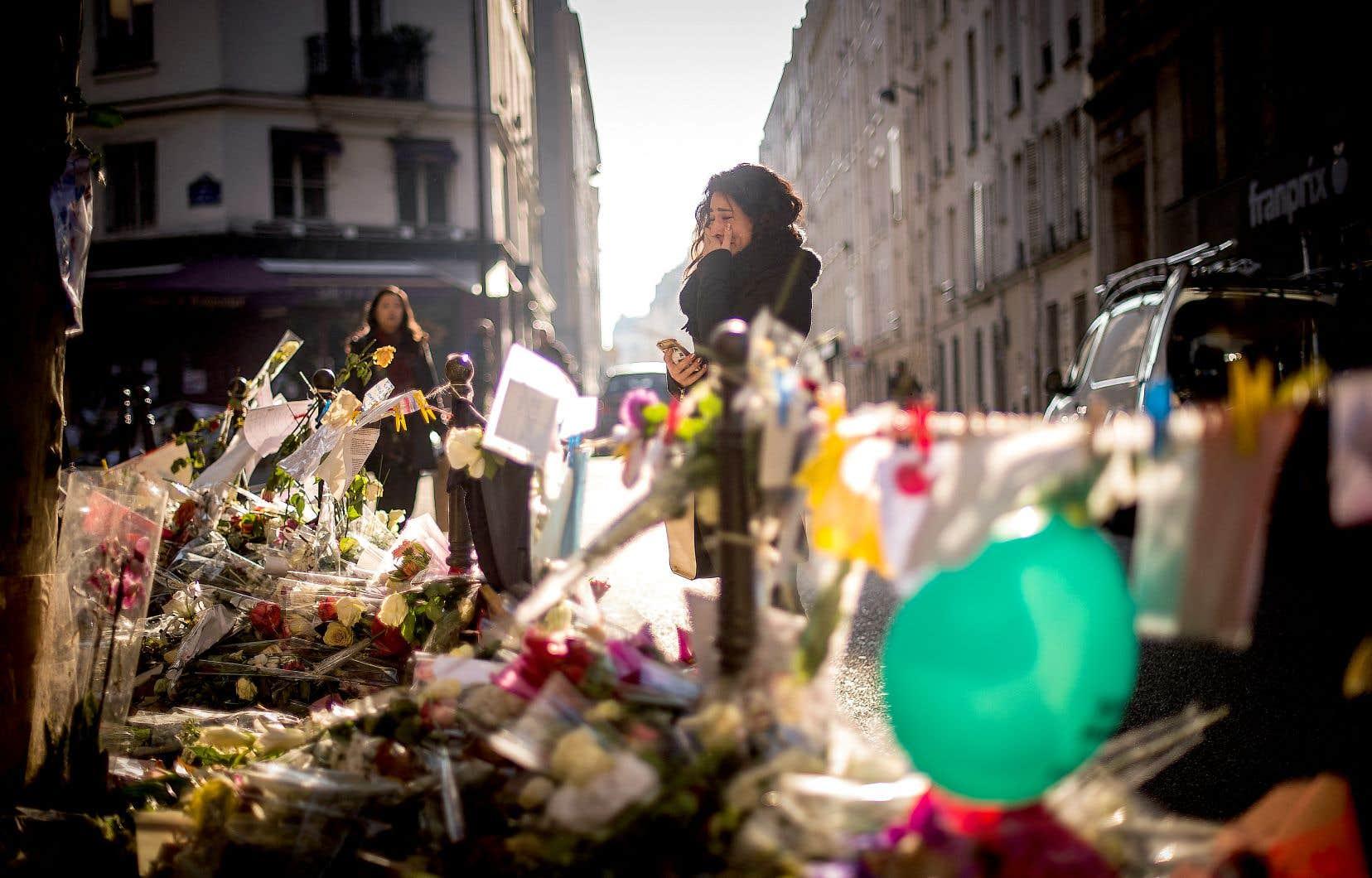 À la suite des attentats de 2015, la France entière avait été plongée dans le deuil. Les attaques coordonnées à plusieurs endroits à Paris avaient fait 130 morts et plus de 350 blessés. Un lieu de recueillement avait été installé devant le restaurant Casa Nostra, un des lieux visés lors des attentats.