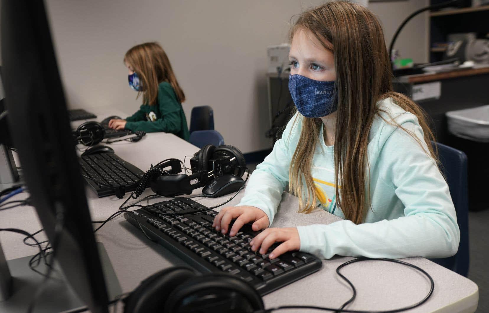 À l'échelle mondiale, la révolution technologique de l'école primaire et secondaire est perçue comme une occasion d'affaires de plusieurs dizaines de milliards de dollars.