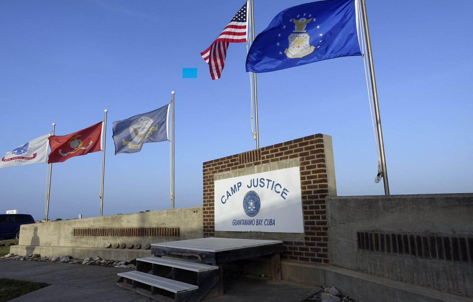 Le tribunal militaire, qui siège dans la prison de la base navale américaine de Guantanamo, dans le sud-est de Cuba, a été placé sous haute sécurité, et la salle est entourée de grillages avec barbelés.