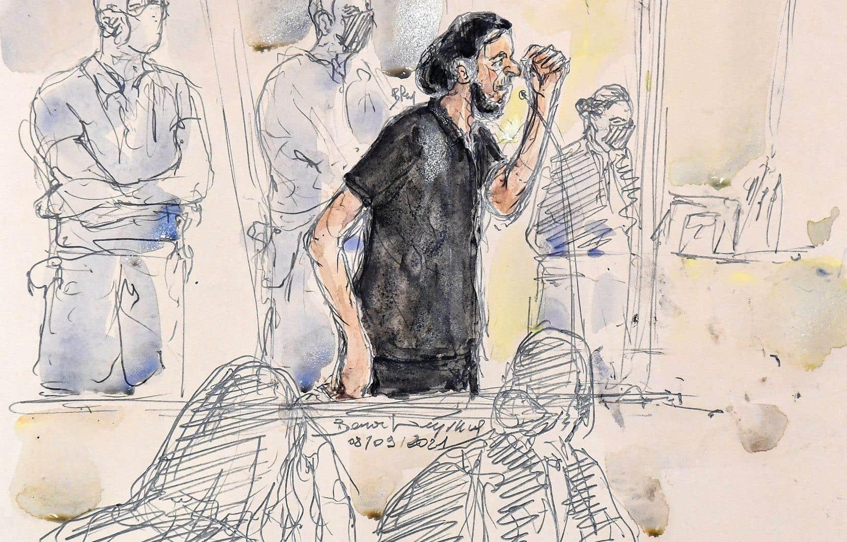 Salah Abdeslam, est le seul membre encore en vie des commandos qui ont fait 130 morts et des centaines de blessés à Paris et à Saint-Denis lors des attentats du 13 novembre 2015. Lors de la première journée du procès, il a interrompu le président de la cour, Jean-Louis Périès, pour dénoncer ses conditions de détention et celles de ses coaccusés.