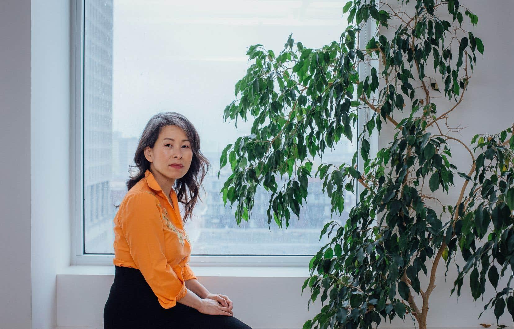 Dans «Em», Kim Thùy voulait «retracer la vie des ouvriers des plantations de caoutchouc, la vérité derrière l'opération Babylift, les ravages de l'agent orange et autres herbicides, de même que la conquête des salons de manucure par les Vietnamiennes», comme le résumait Manon Dumais en nos pages en octobre 2020.
