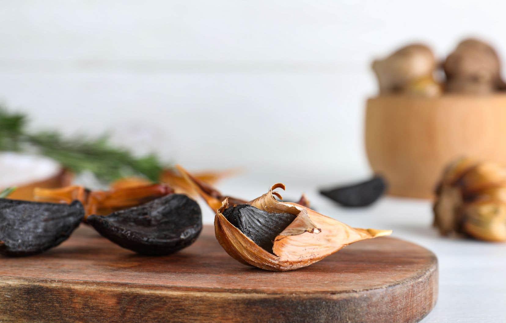 L'air noir est le résultat d'un procédé de vieillissement qui caramélise les sucres de l'ail blanc, connu sous le nom de réaction de Maillard.
