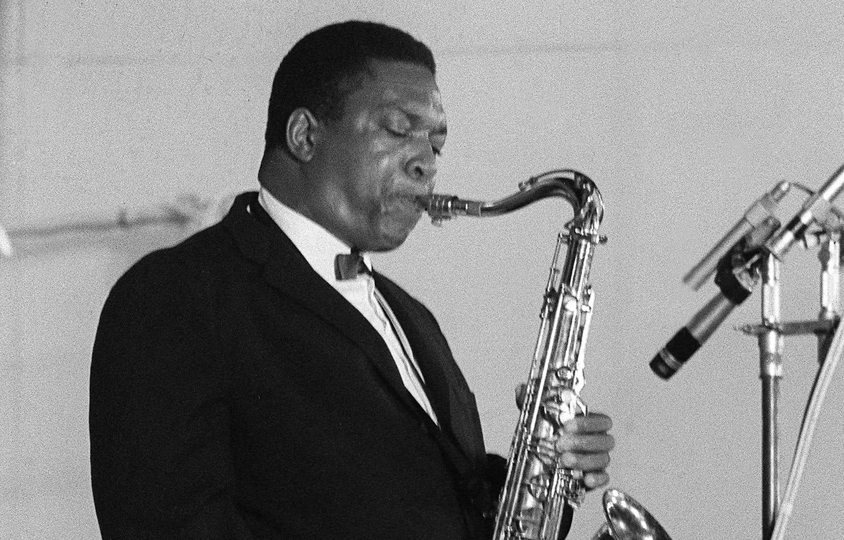 Photo non datée du saxophoniste ténor américain John Coltrane en concert à Paris.