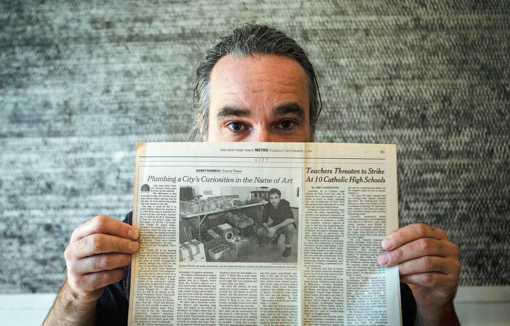 Jérôme Fortin pose avec une copie du «New York Times» du 11 septembre 2001, qui publiait un texte sur l'artiste.