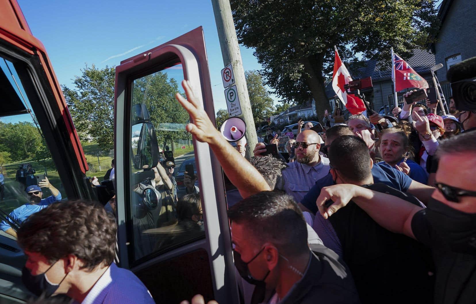 Un homme a lancé des petites pierres au chef libéral Justin Trudeau lundi dernier à London, en Ontario.