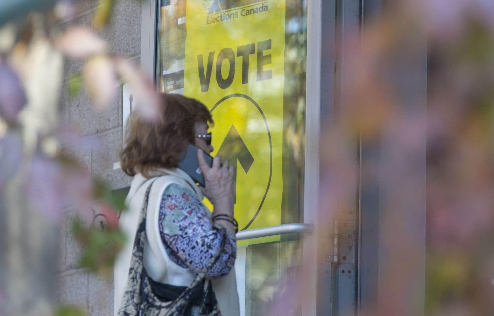 La pénurie de personnel dans les bureaux de scrutins inquiète Élection Canada. L'organisme indépendant n'a comblé que 58% de ses besoins de main-d'œuvre en vue du jour J.
