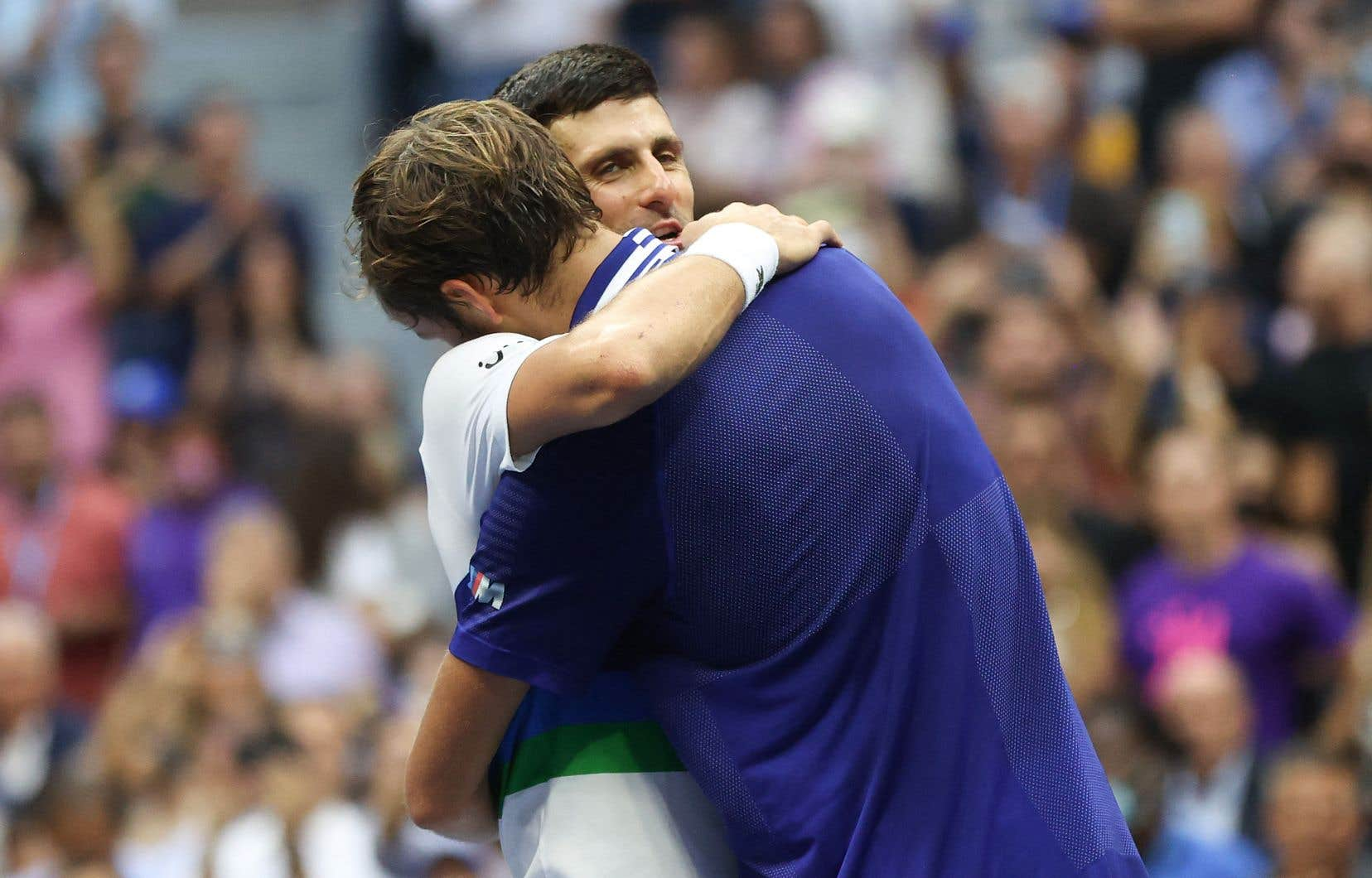 Le Russe Daniil Medvedev défait le Serbe Novak Djokovic en trois manches pour remporter les Internationaux des États-Unis, dimanche.