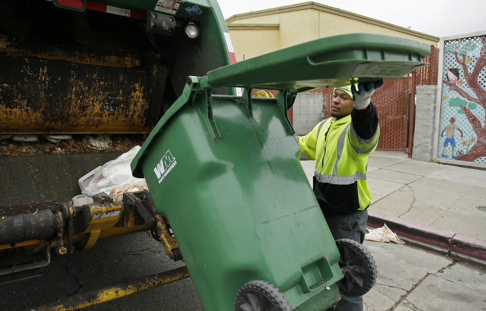L'entreprise américaine Waste Management se présente comme la plus grande entreprise américaine de collecte, de traitement et de recyclage de déchets en Amérique du Nord. Elle possède plusieurs sites d'enfouissement, dont deux situés au Québec.