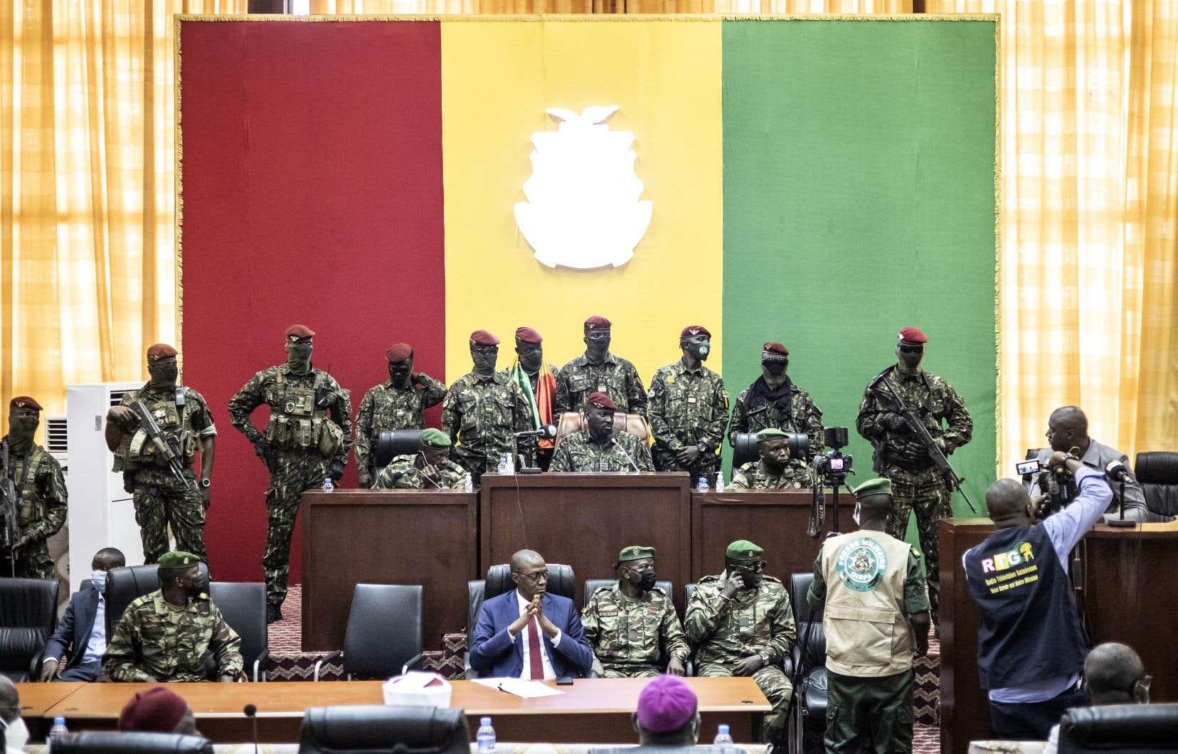 Le lieutenant-colonel Mamady Doumbouya (au centre) écoute les interventions de dignitaires religieux.