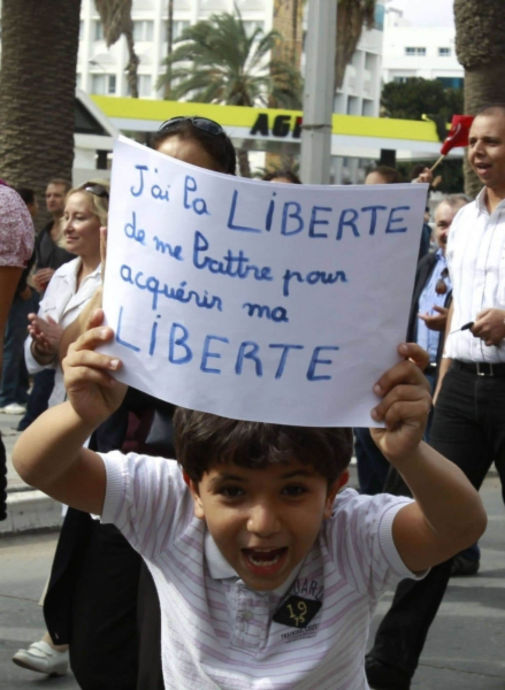 Pour ne «pas laisser la rue aux barbus» des milliers de Tunisiens, dont cet enfant, ont manifesté hier afin de réclamer le respect de la liberté d'expression<br />