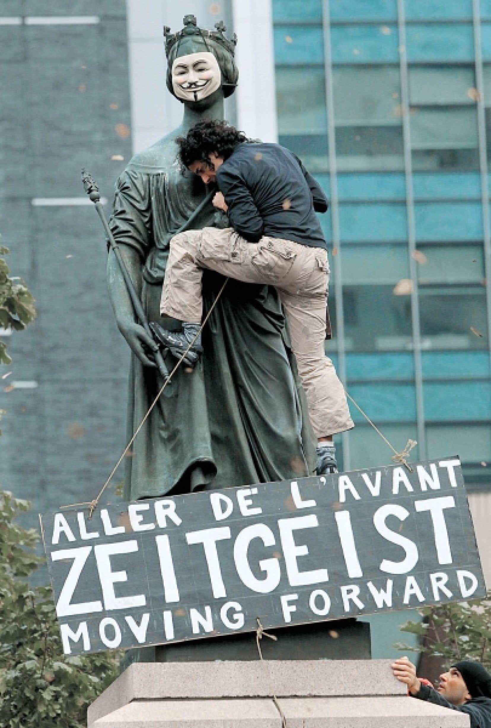 Les 99 % s'indignent place du Peuple. Zeitgeist moving forward est un film, un mouvement, une façon de repenser le capitalisme.