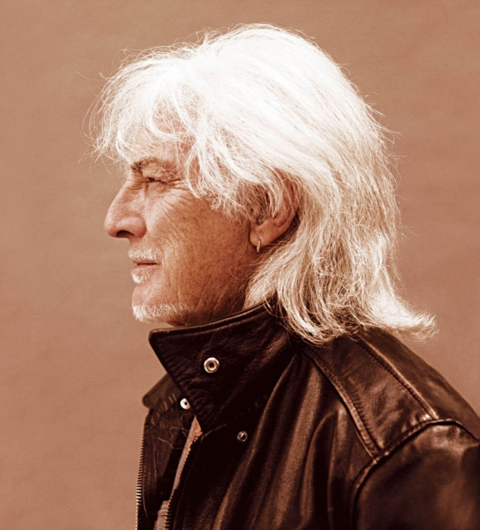 Le chanteur Hugues Aufray version Buffalo Bill à 82 ans, vu par  le photographe et réalisateur Jean-Baptiste Mondino.
