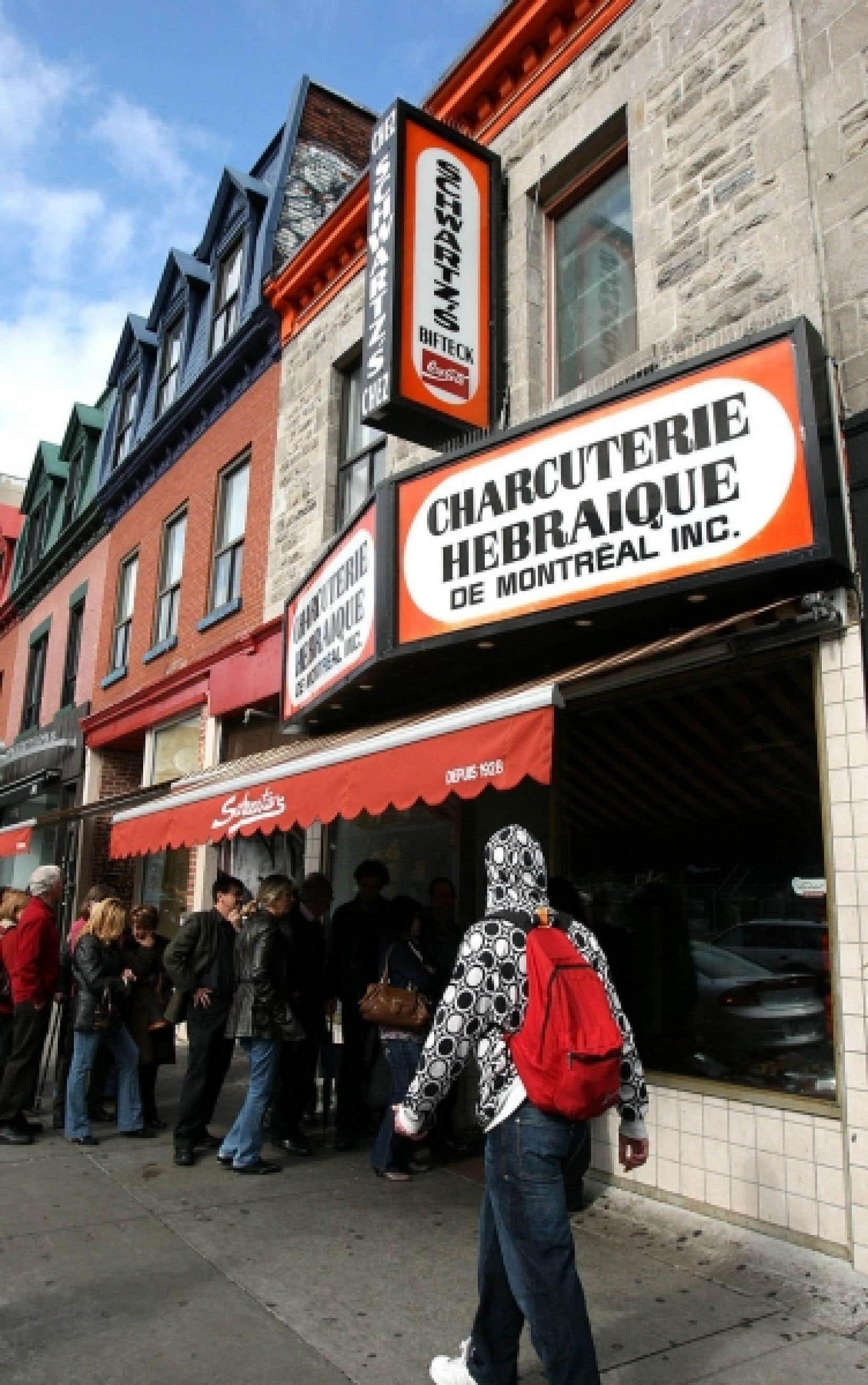 Lors de leur visite guidée sur le boulevard Saint-Laurent, les étudiants n'ont peut-être pas goûté à la fameuse viande fumée de la charcuterie Schwartz's, mais la file d'attente a prouvé sa popularité.