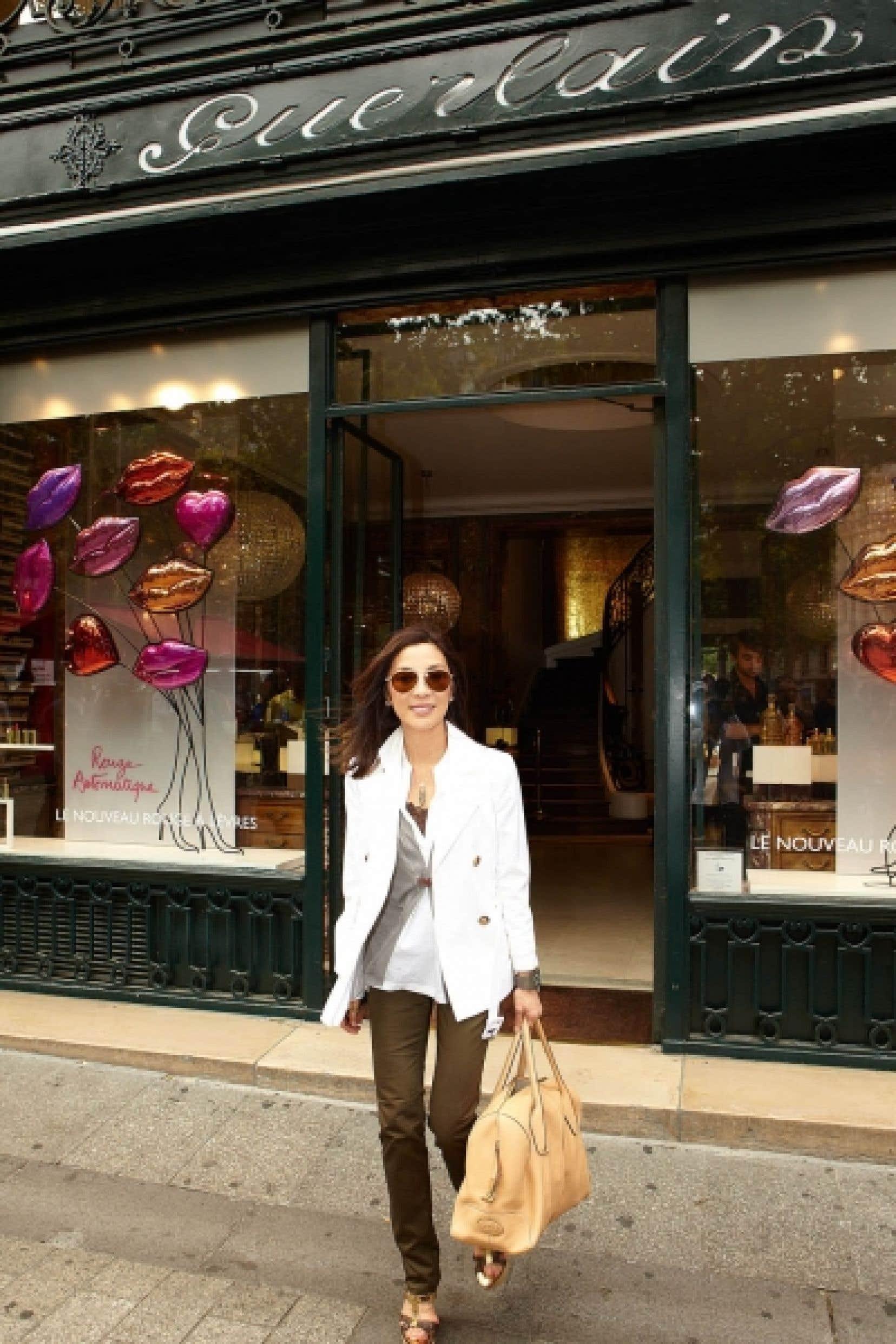 Michelle Yeoh, la nouvelle égérie de Guerlain, est considérée comme la reine du cinéma d'action asiatique. Elle pose ici devant la célèbre maison, au 68, avenue des Champs-Élysées à Paris.<br />