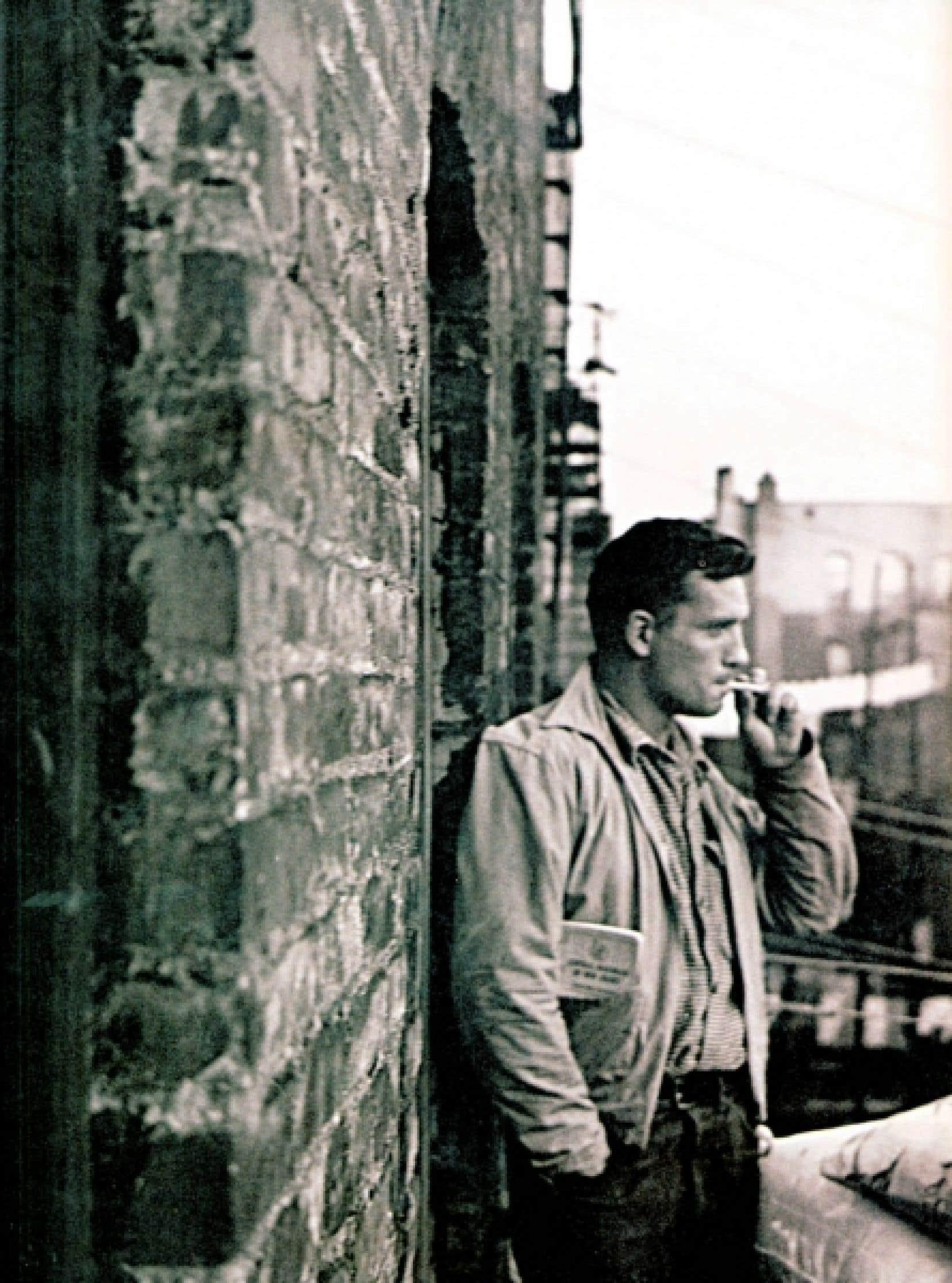 Le parcours mouvementé de Jack Kerouac (1922-1969) a donné lieu jusqu'à ce jour à un culte pour une certaine Amérique nomade, comme en rendent d'ailleurs compte à leur façon Christophe Cousin et Mathieu Paley, qui viennent de faire paraître Dans les roues de Jack Kerouac aux éditions de la Martinière, dont cette image de l'écrivain est tirée.<br />