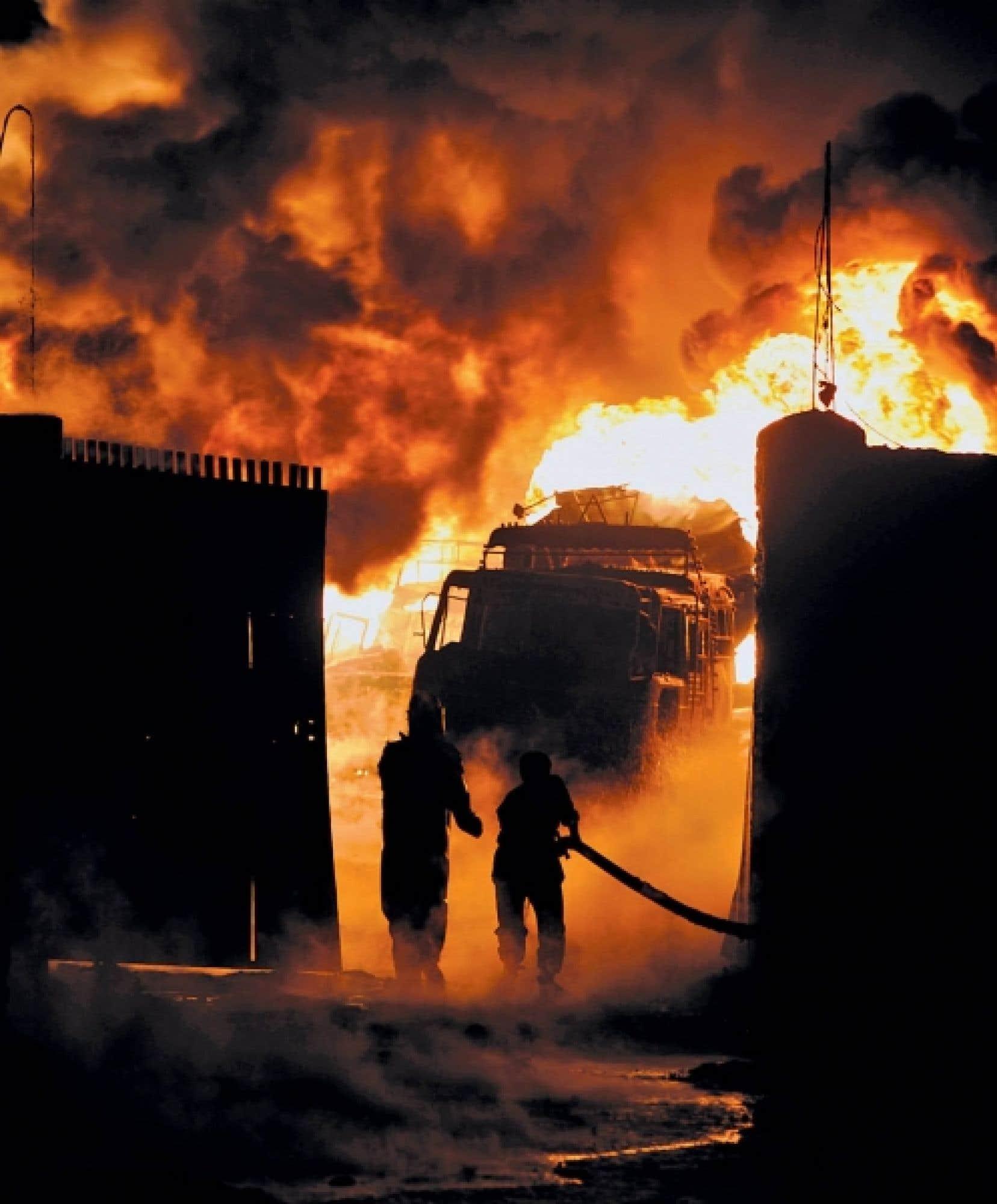 Au moins 34 camions se sont enflammés après que deux hommes armés eurent tiré des balles et une roquette contre des camions-citernes de carburant stationnés dans le dépôt de l'OTAN.<br />