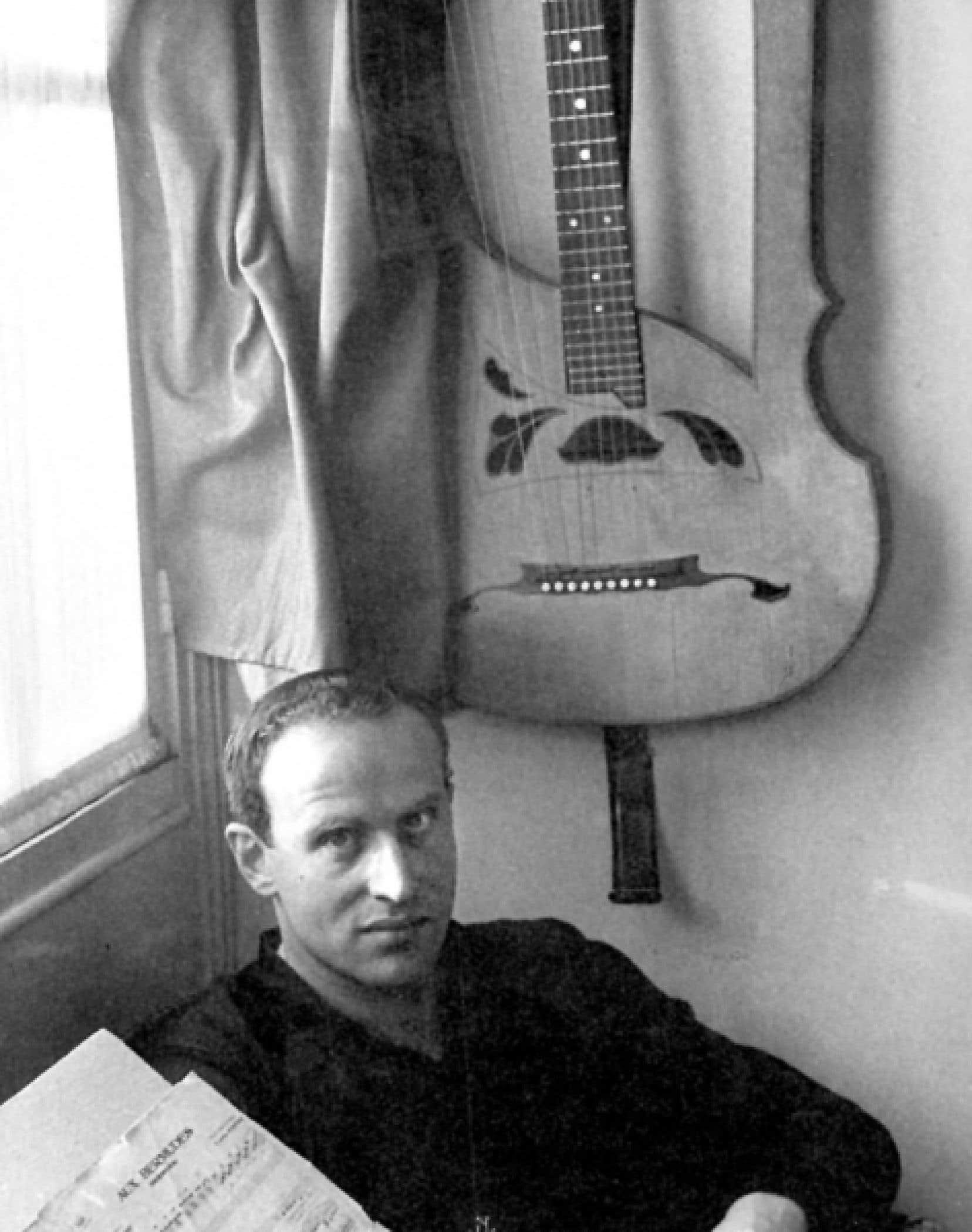 Boris Vian avec sa guitare-lyre en mai 1956, photographié par Willy Ronis <br />