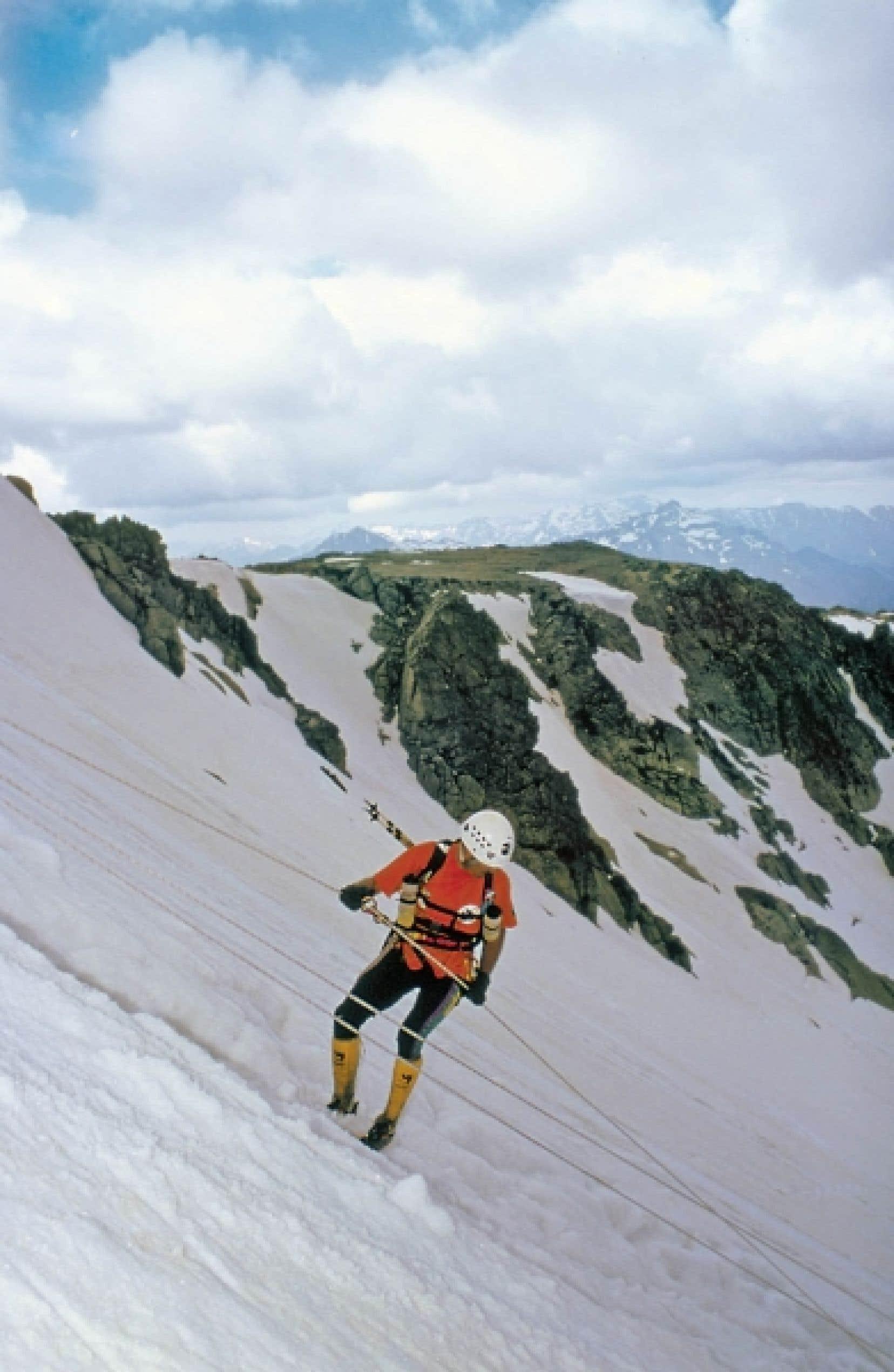 Le GR20 (Sentier de grande randonnée no 20), c'est 200 kilomètres de sentiers de randonnée à travers la montagne et le parc naturel régional, partant de Calenzana, près de Calvi, pour aboutir à Conca, près de Porto-Vecchio. Photo de droite: des skieurs marchent dans la neige, à la station de Ghisoni (Haute-Corse), l'une des rares en France où il est possible de skier avec la mer en ligne de mire.<br />
