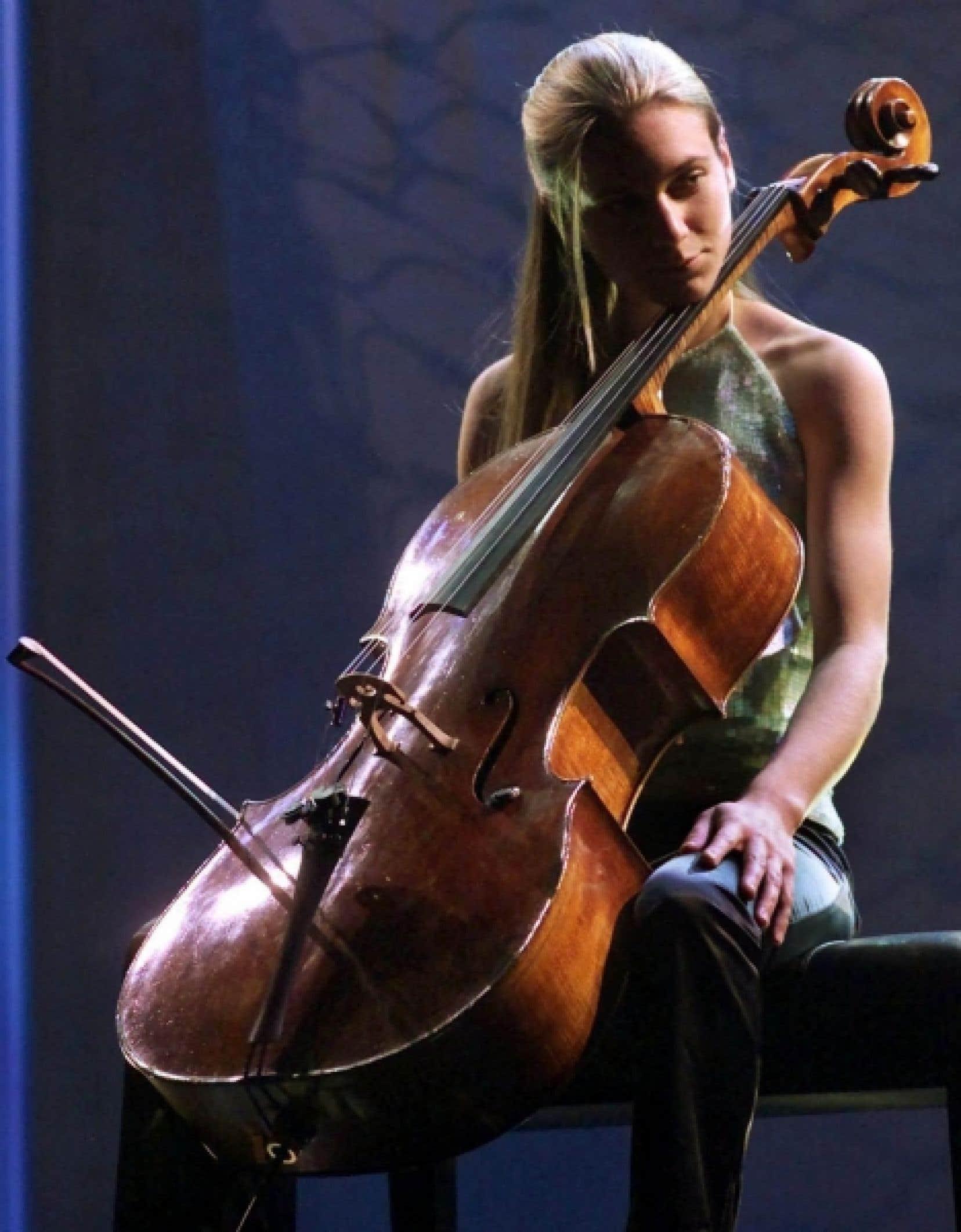 Un violoncelle Stradivarius semblable à celui de cette musicienne d'Halifax arrivera bientôt au Québec.<br />