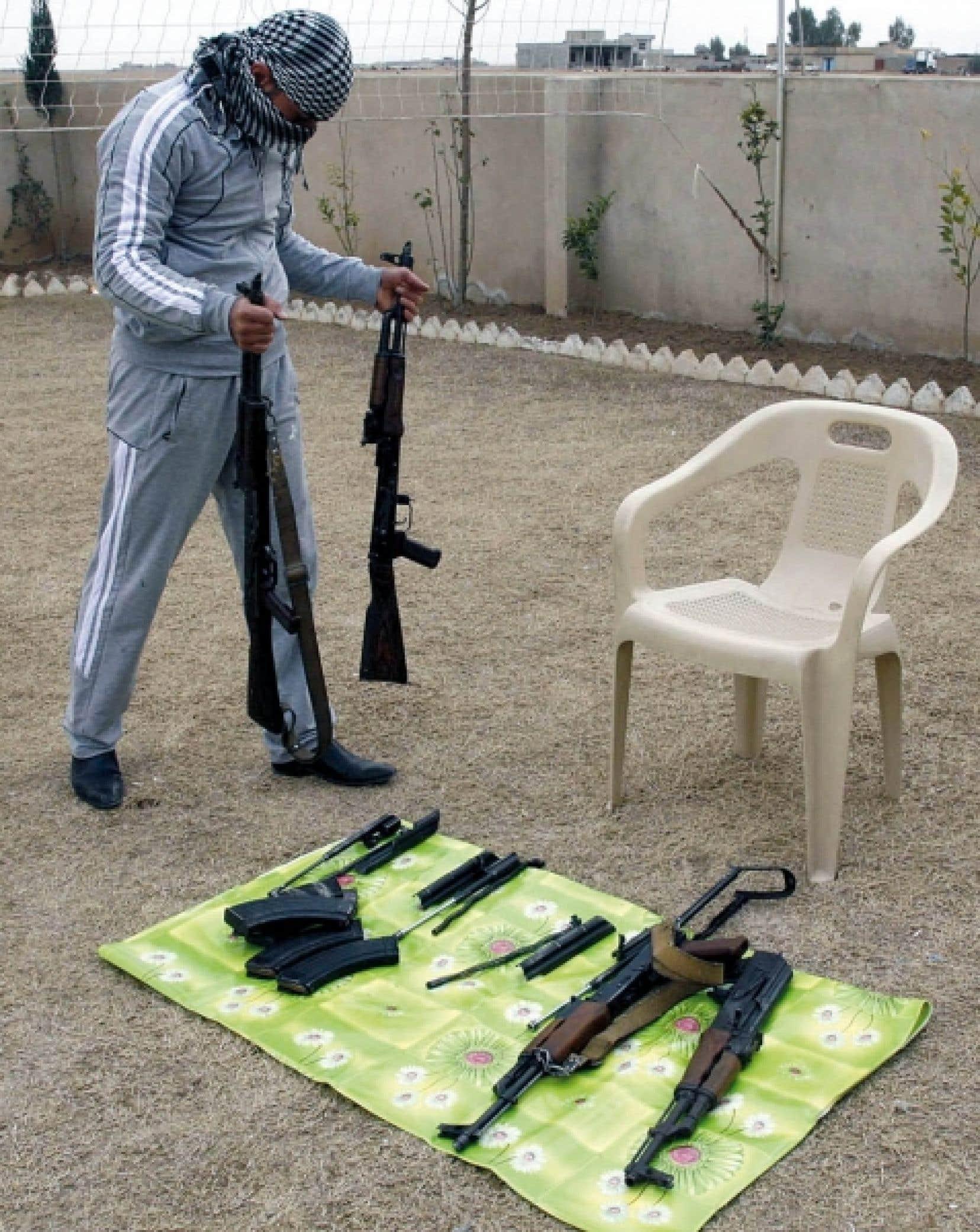 Un trafiquant irakien exposait hier sa &laquo;camelote&raquo; qui se retrouvera en Syrie.<br />