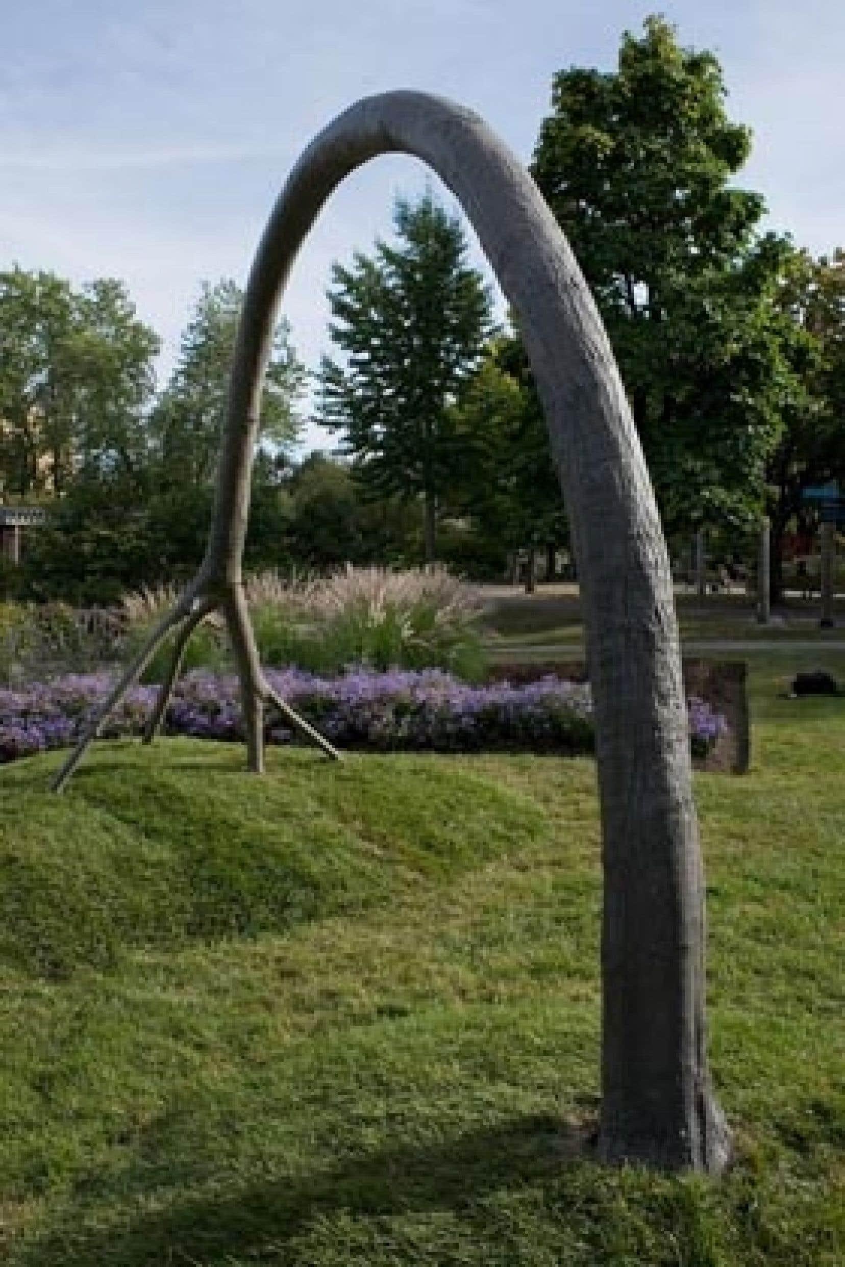 L'Arc, de Michel de Broin, une oeuvre installée dans le parc Jean-Drapeau, à Montréal.