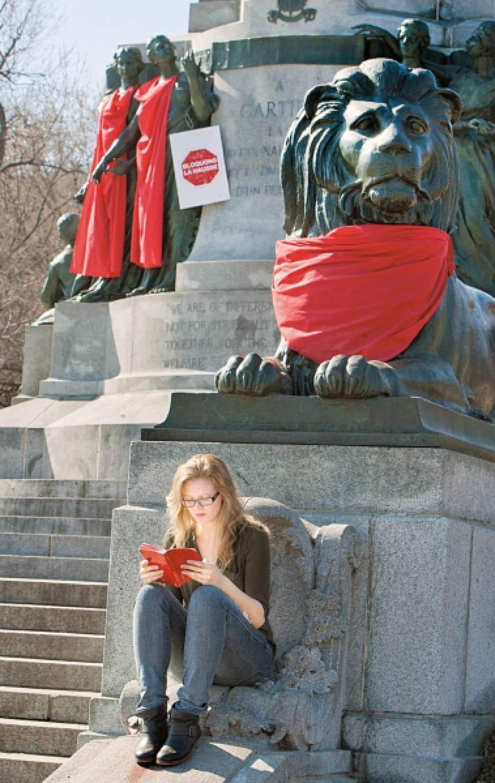 &Agrave; la mani&egrave;re de l&rsquo;artiste emballeur Christo, des &eacute;tudiants en urbanisme de l&rsquo;UQAM ont drap&eacute; de rouge le monument George-&Eacute;tienne-Cartier au pied du mont Royal.<br />