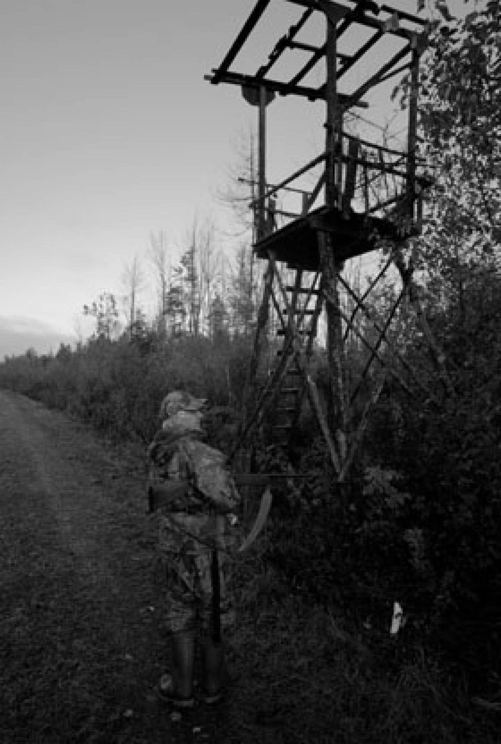 Un chasseur d'orignal au pied d'un mirador