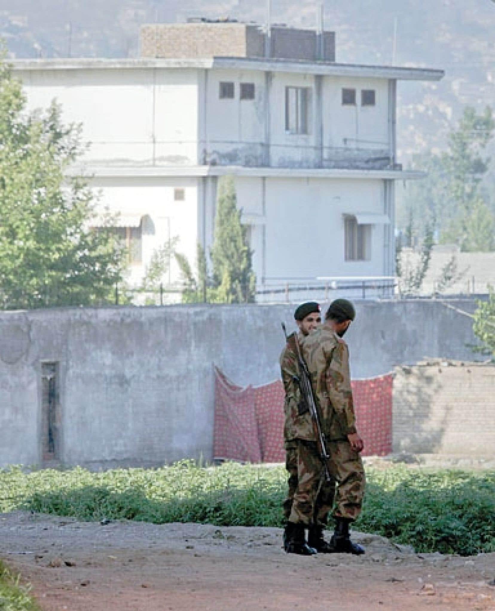 <div> Des soldats pakistanais montaient la garde devant la r&eacute;sidence de Ben Laden, &agrave; Abbottabad, peu apr&egrave;s la mort du chef d&rsquo;al-Qa&iuml;da.</div>