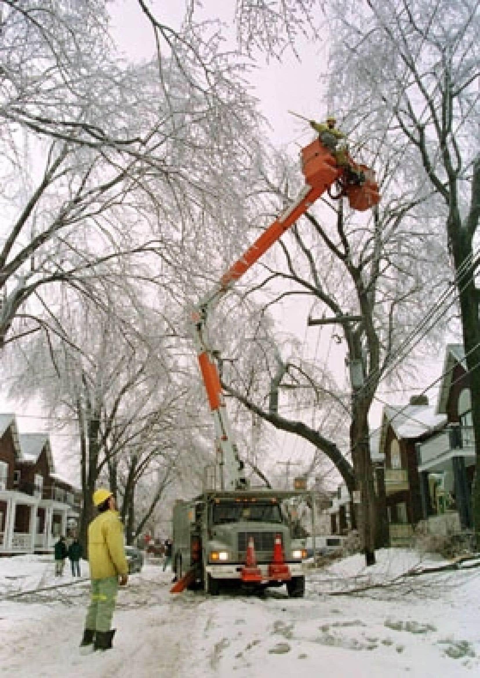 Une équipe d'Hydro-Québec s'affaire à réparer les dégâts aux fils électriques causés par la tempête de verglas, en janvier 1998.