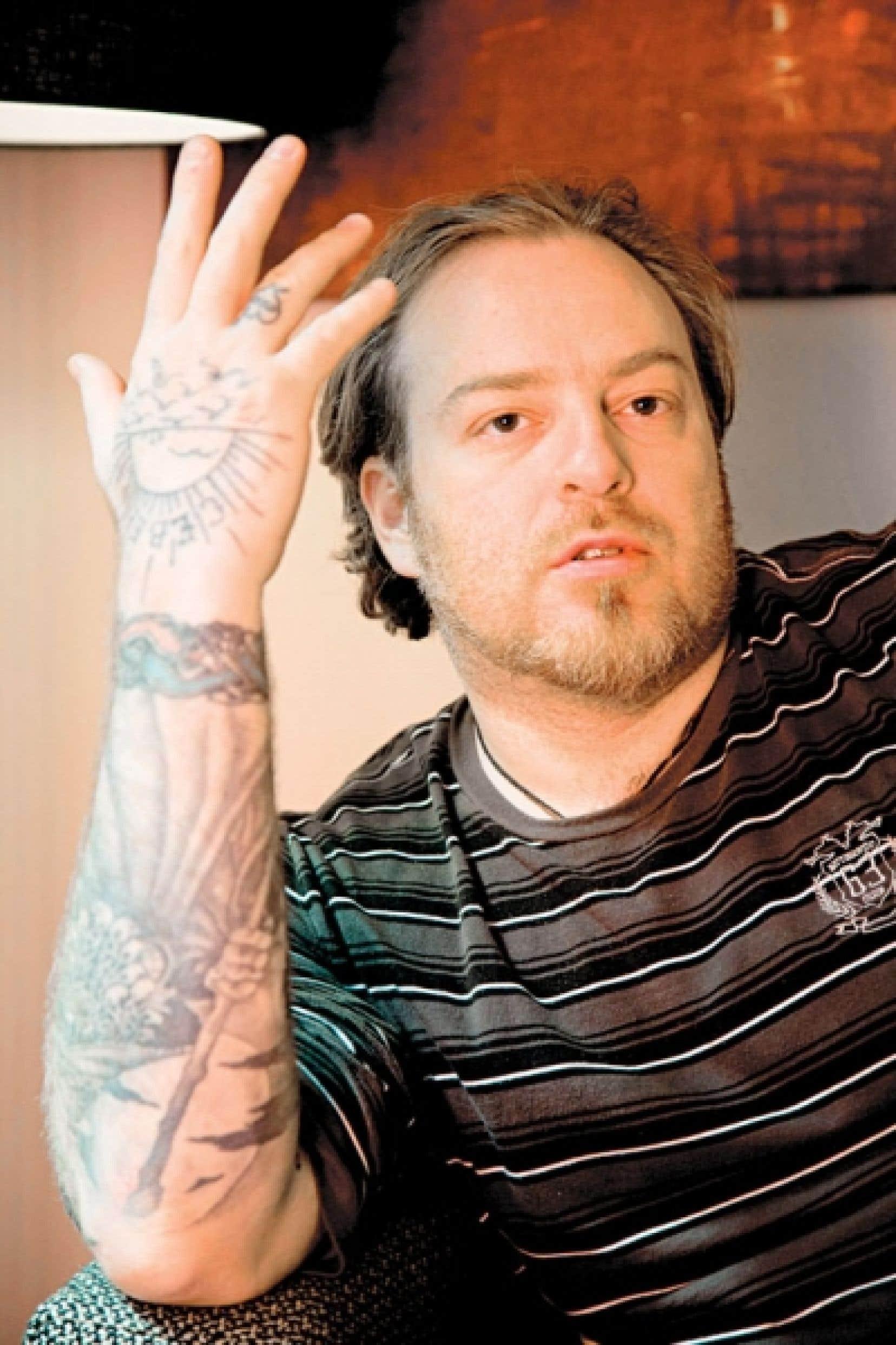 Le chanteur russe Evgueni Nikitine a assuré qu'il ignorait la signification symbolique des motifs qu'il s'était fait tatouer dans sa jeunesse en 1989, 1990 et 1991.