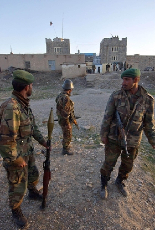 Des soldats afghans montent la garde devant une prison à Kaboul.