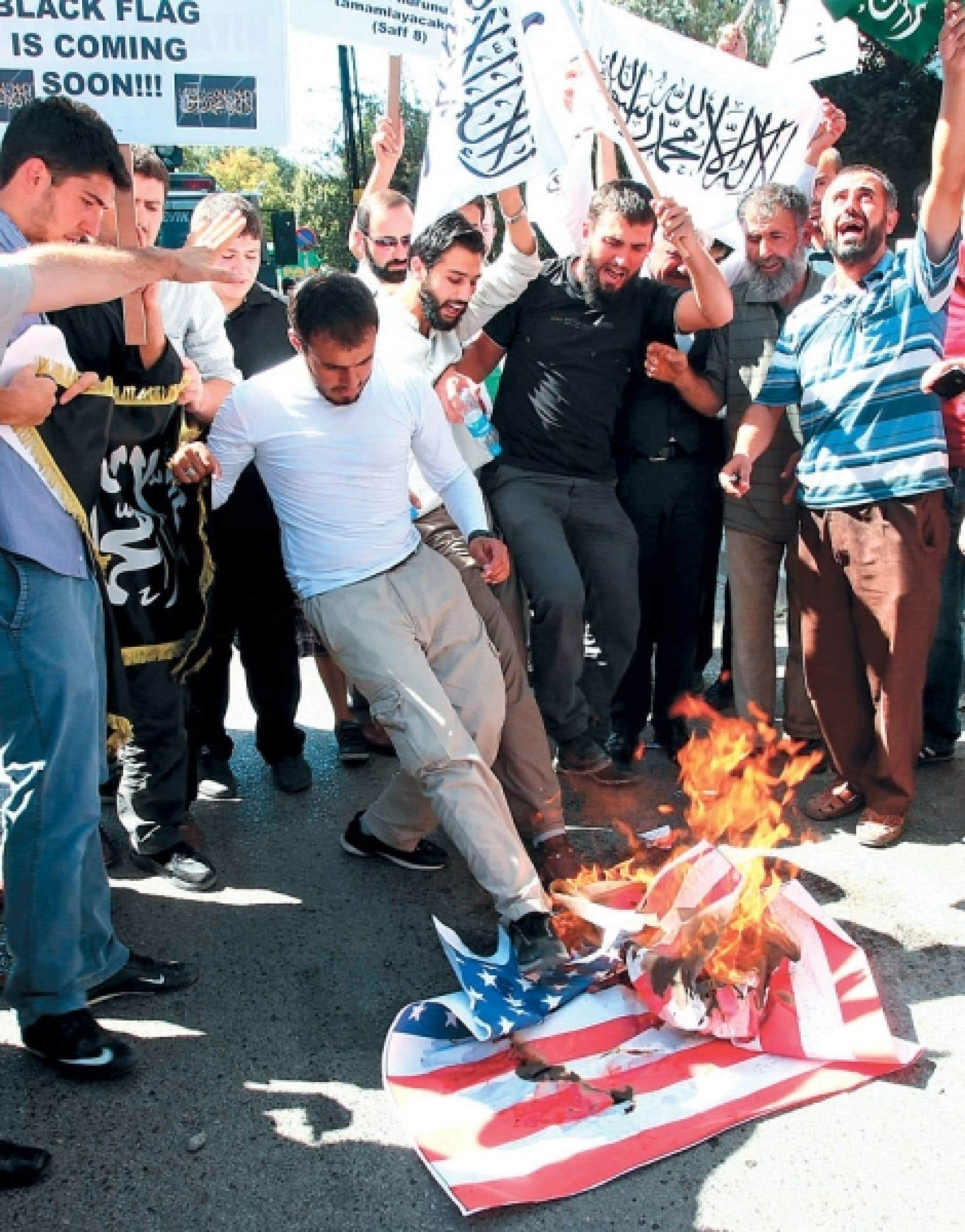 La similitude des événements de 1979 (assassinat de l'ambassadeur américain en Afghanistan, attaques contre les ambassades à Islamabad, Tripoli et Téhéran) avec ceux des derniers jours met en évidence une donnée constante au Moyen-Orient : l'anti-américanisme. Ici, des manifestants turcs brûlent un drapeau.