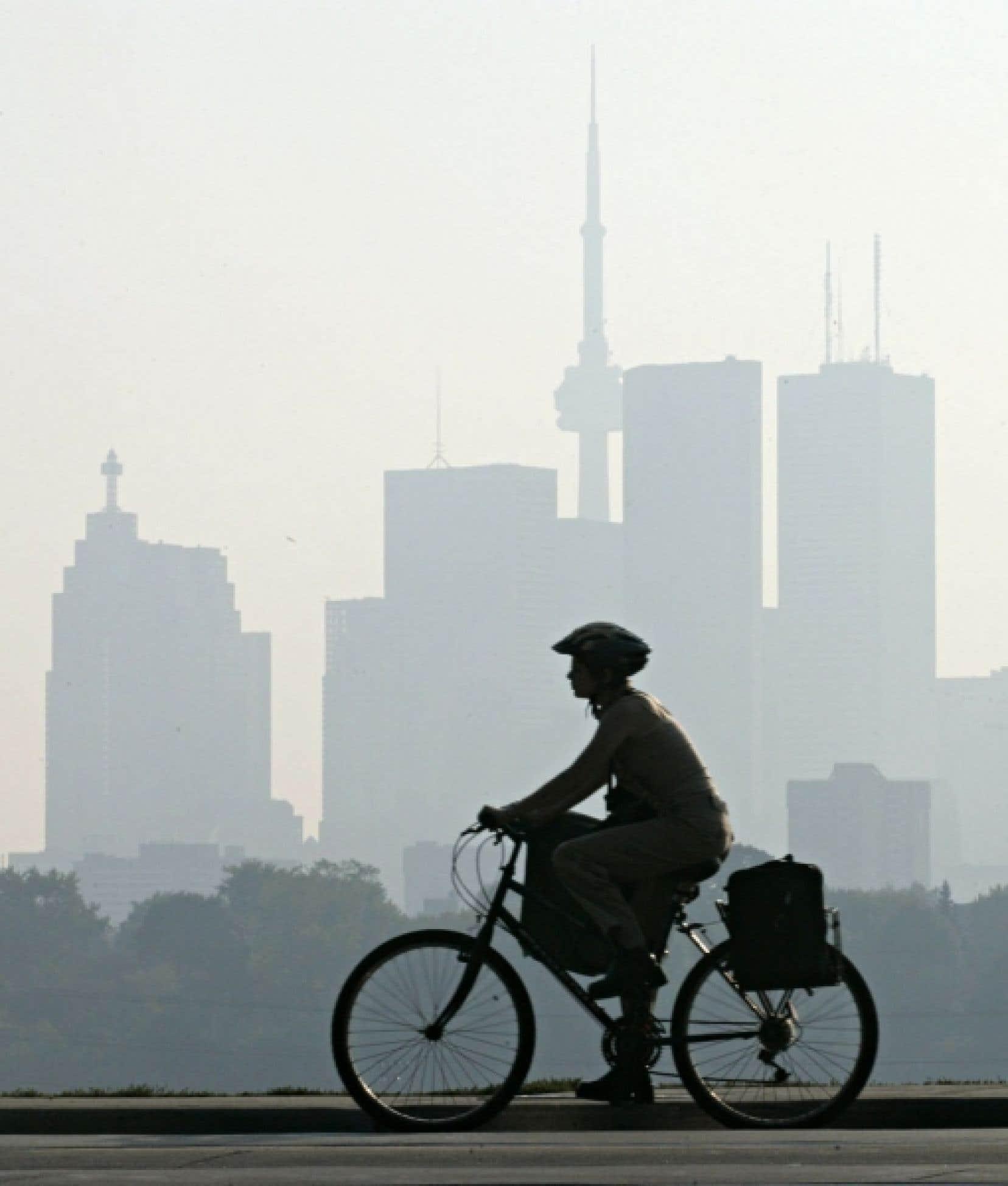 Toronto, comme d'autres grandes villes canadiennes, vivent de plus en plus d'épisodes de smog urbain en été.