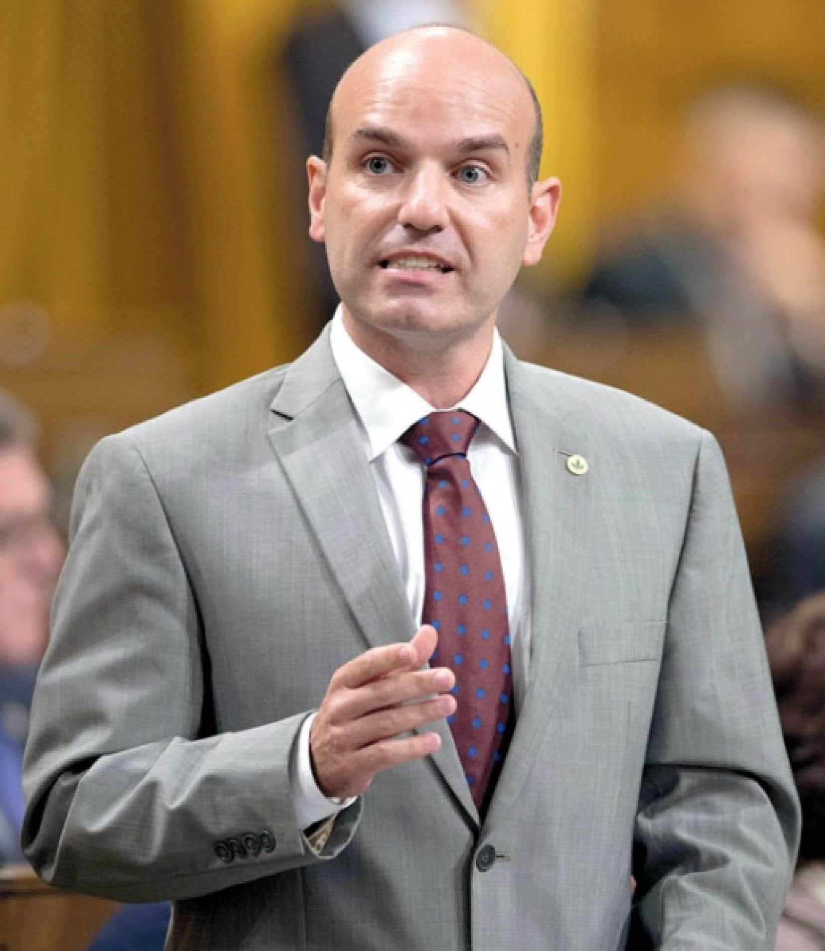 Le député du NPD Nathan Cullen s'est réjoui d'avoir vu le gouvernement découper son projet de loi omnibus. « Si on peut le faire pour les pensions des députés et sénateurs, pourquoi pas pour l'environnement ? »