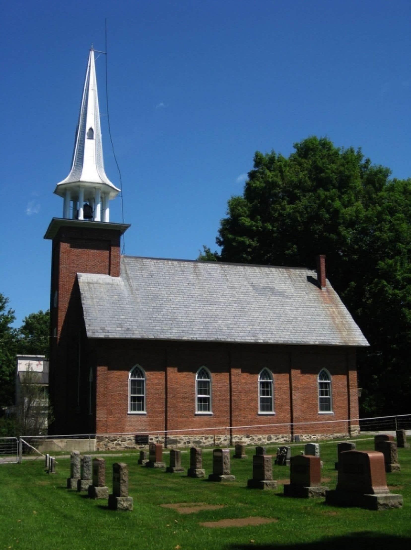 Dès 1952, il s'agit de protéger non seulement une église, mais également son cimetière et son presbytère. Sur la photo, l'église et le cimetière de Saint-Ignace-de-Stanbridge.