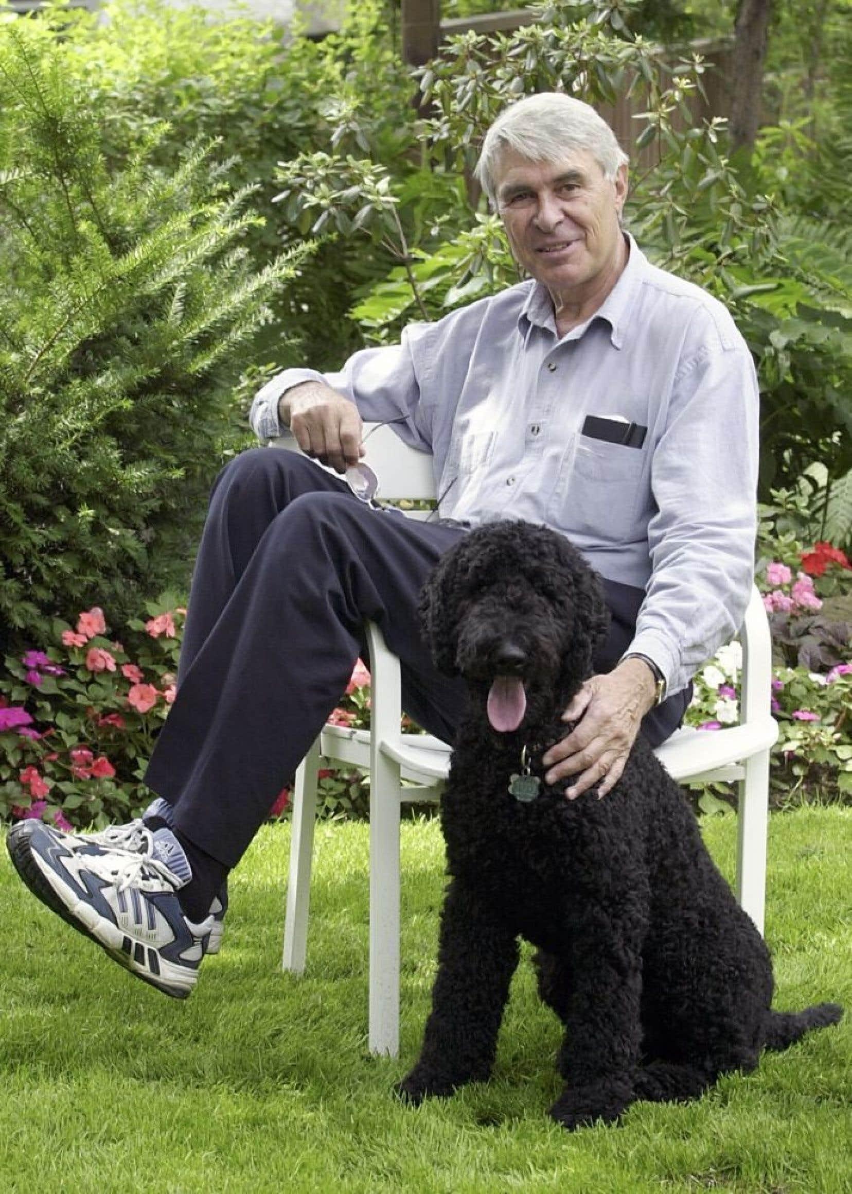 C'est la photo de Richard Garneau publiée à la une du Devoir lundi qui a ramené le souvenir. L'homme, qui nous a quittés dimanche matin à la suite de complications liées à une chirurgie cardiaque, y trône au centre en toute simplicité, assis de travers sur une chaise de jardin blanche, des chaussures de course aux pieds – forcément – flattant affectueusement un chien noir tout en regardant l'objectif de l'appareil photo de Jacques Nadeau.